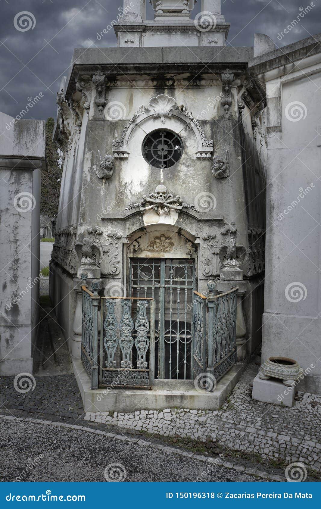 Tumba vieja espeluznante del cementerio