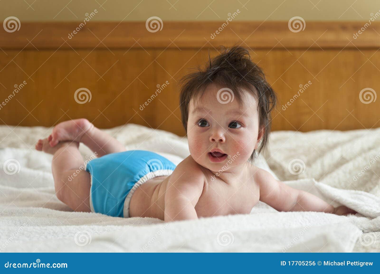 Tummy младенца счастливый