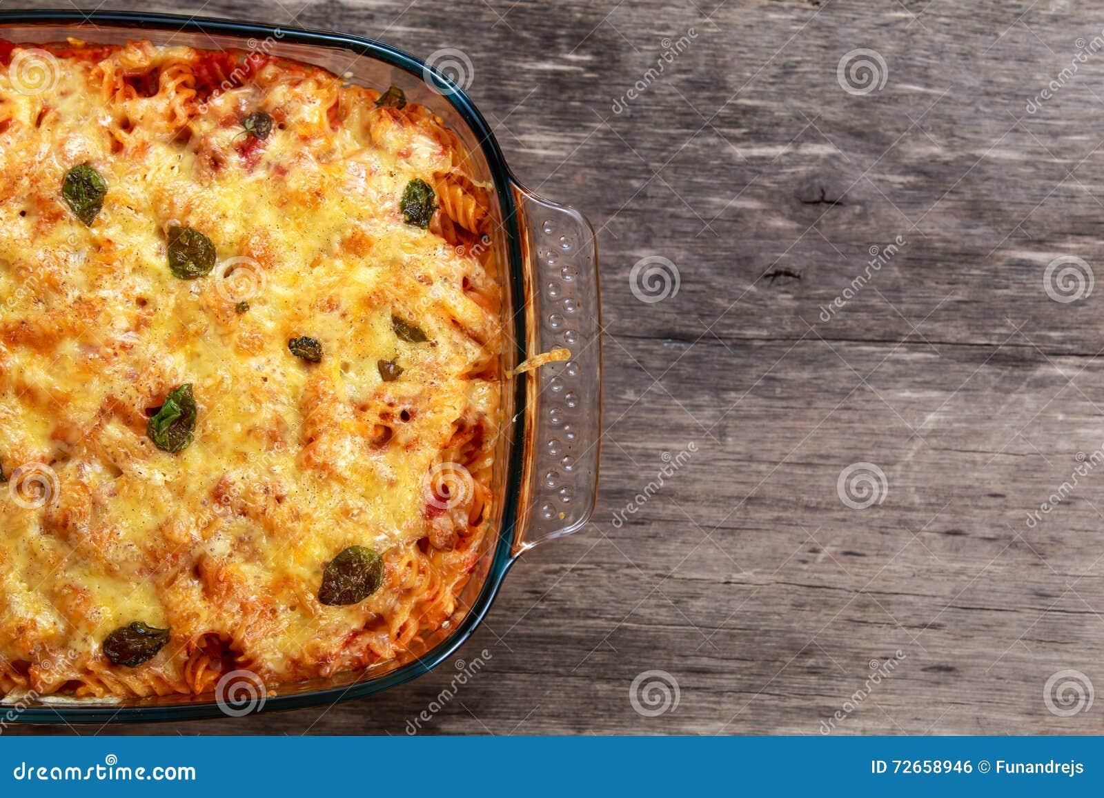 Tuna Pasta Bake con queso y tomates Visión desde la tapa