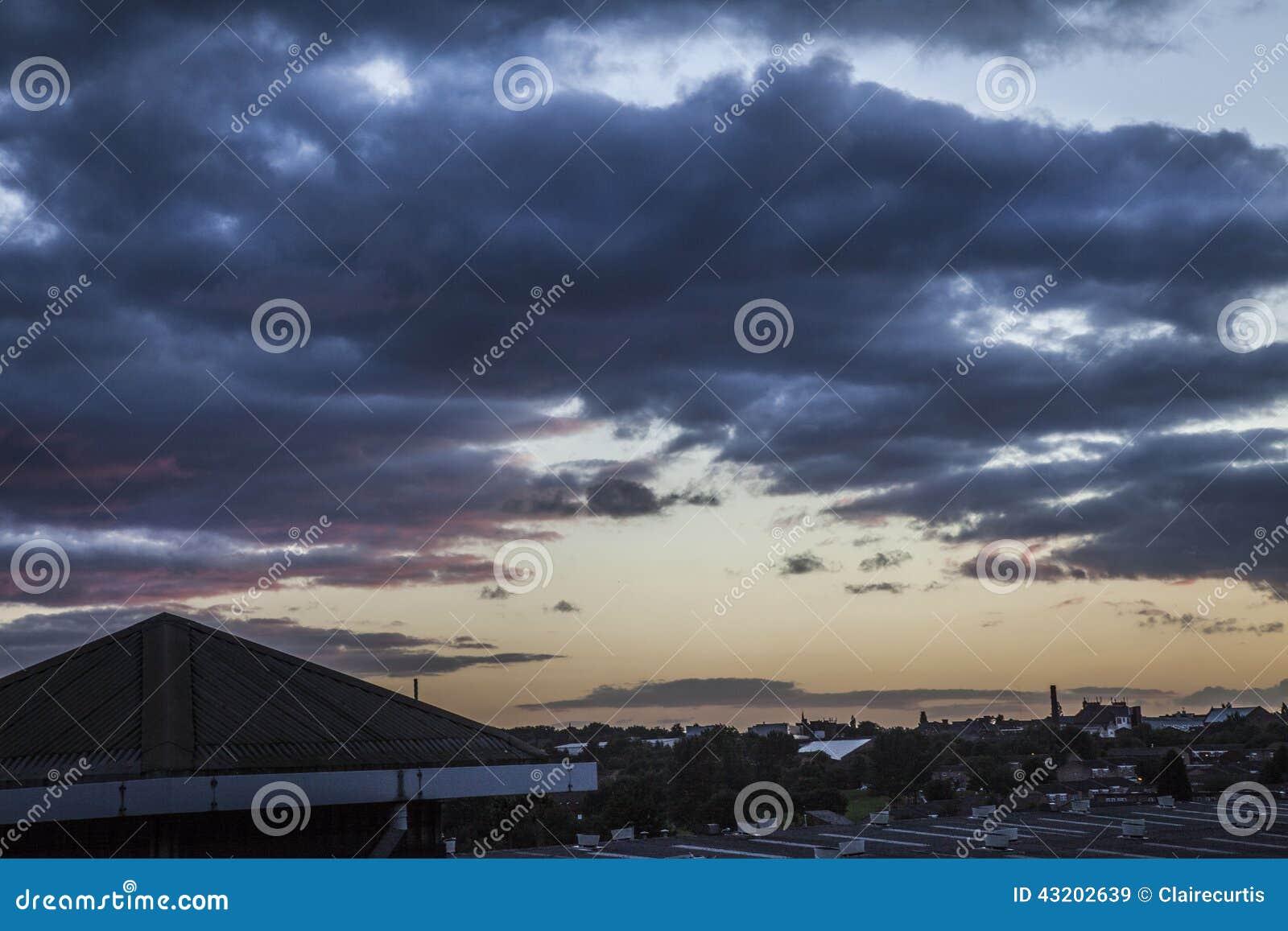 Download Tunga Stormmoln På Solnedgången över Stad Fotografering för Bildbyråer - Bild av lantligt, regn: 43202639