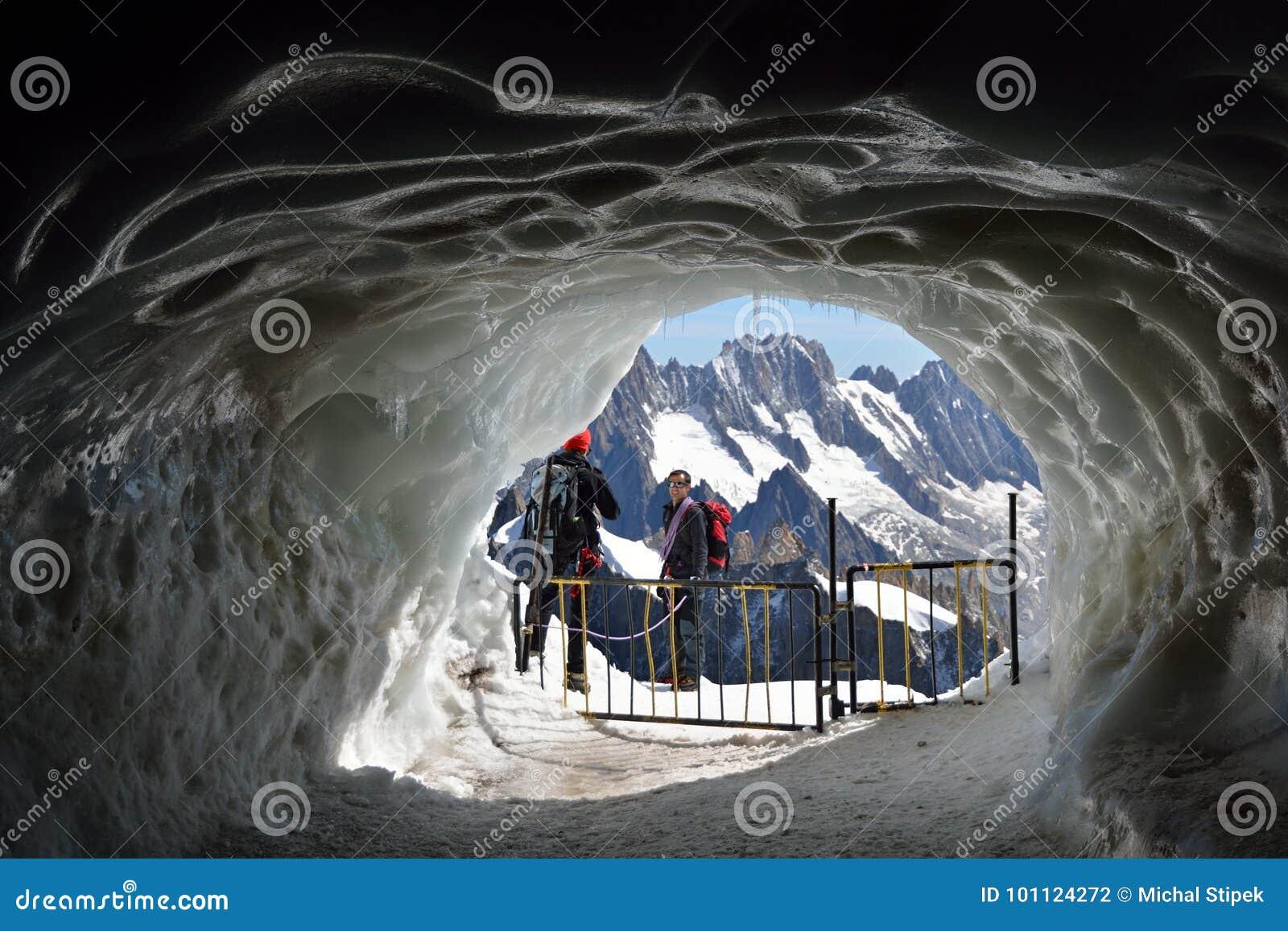 Tunnel del ghiaccio vicino ad Aiguille du Midi