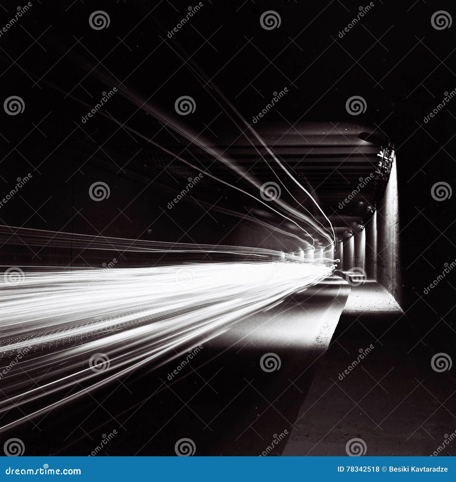 Tunnel med rörande trafikljus i svartvitt