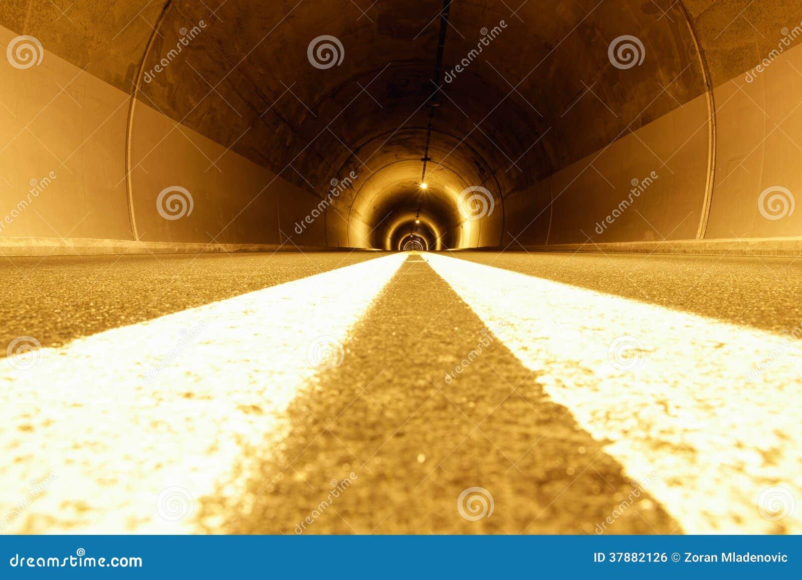 Tunnel met vreemde lichten en leegte