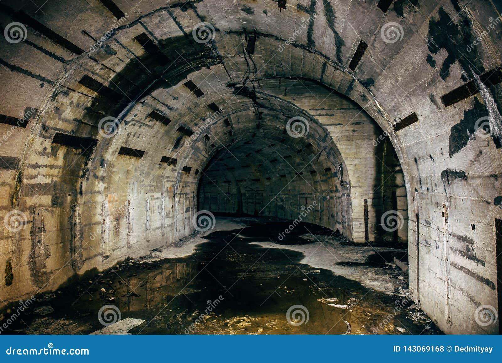 Tunnel O Corridoio In Bunker O Seminterrato Militare ...