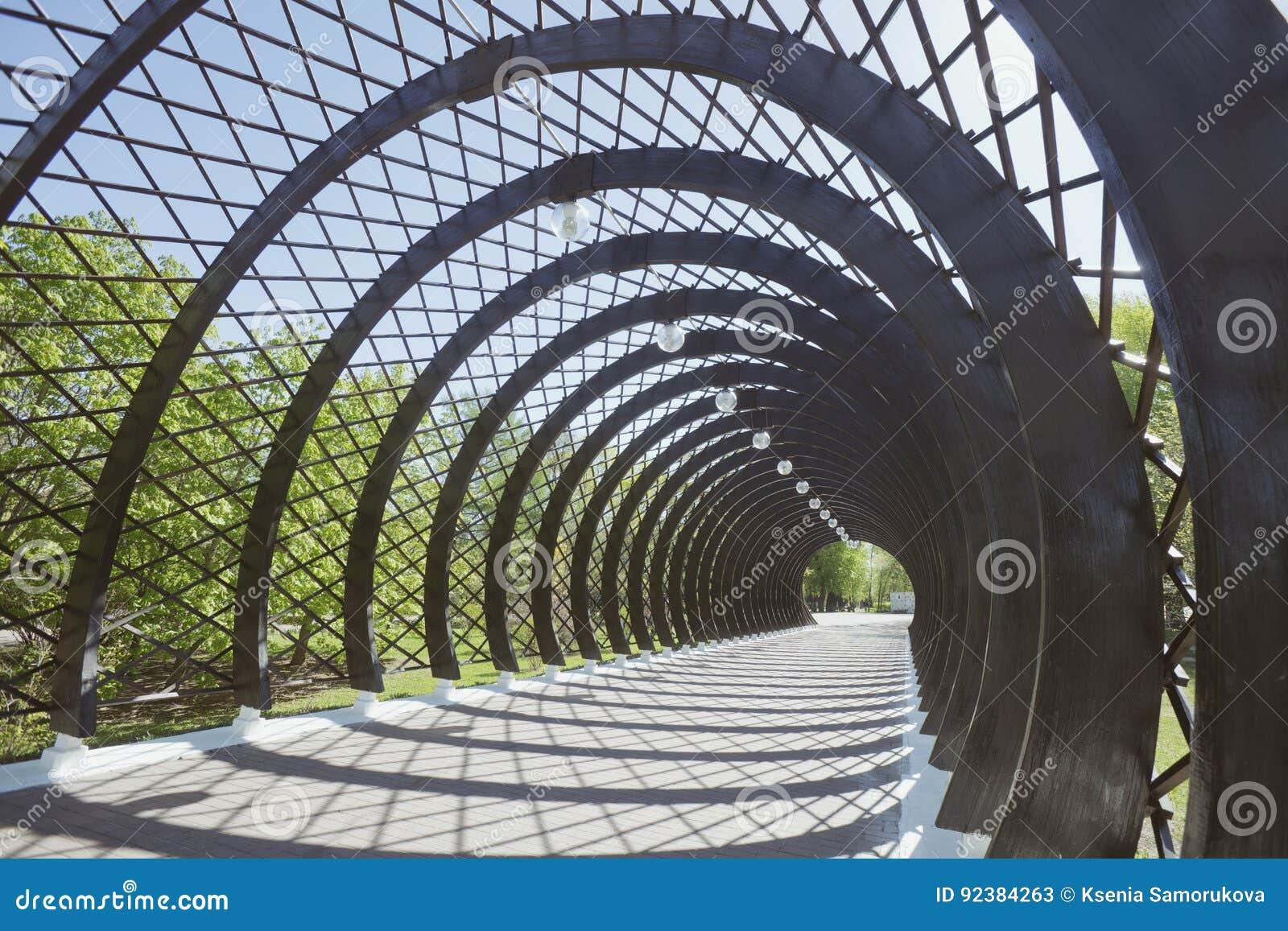 Tunnel prima del ponte di Andreevsky del pedone a Mosca