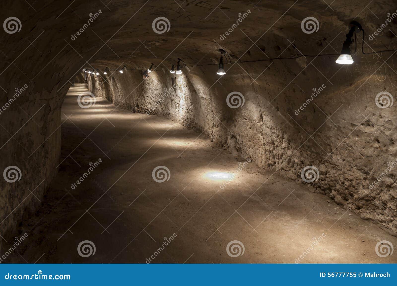 Tunnel in tuff - rots van vulkanische as wordt gemaakt die