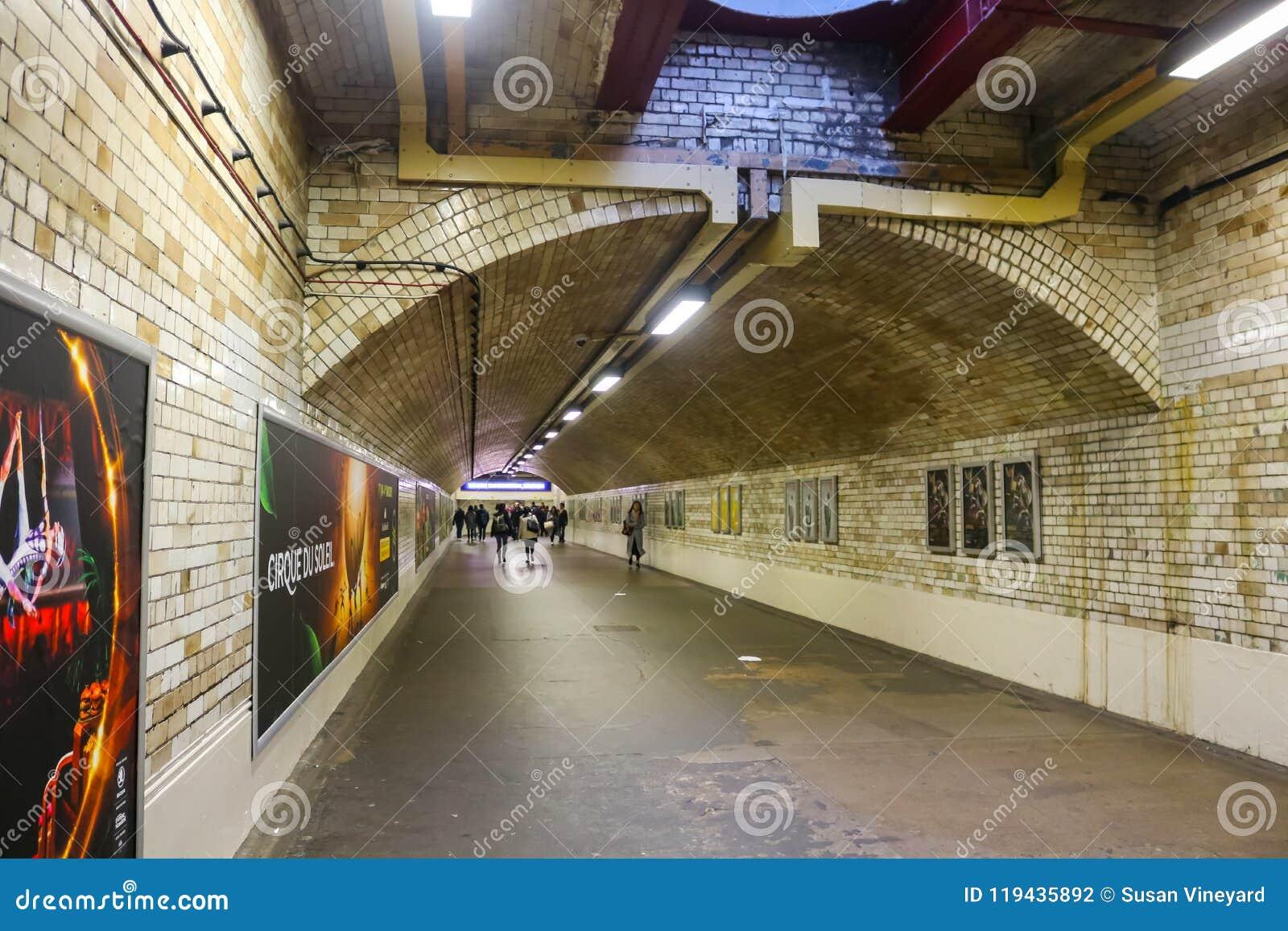 Tunnelbanan med folk som går nära den Gloucester vägen, posterar London UK