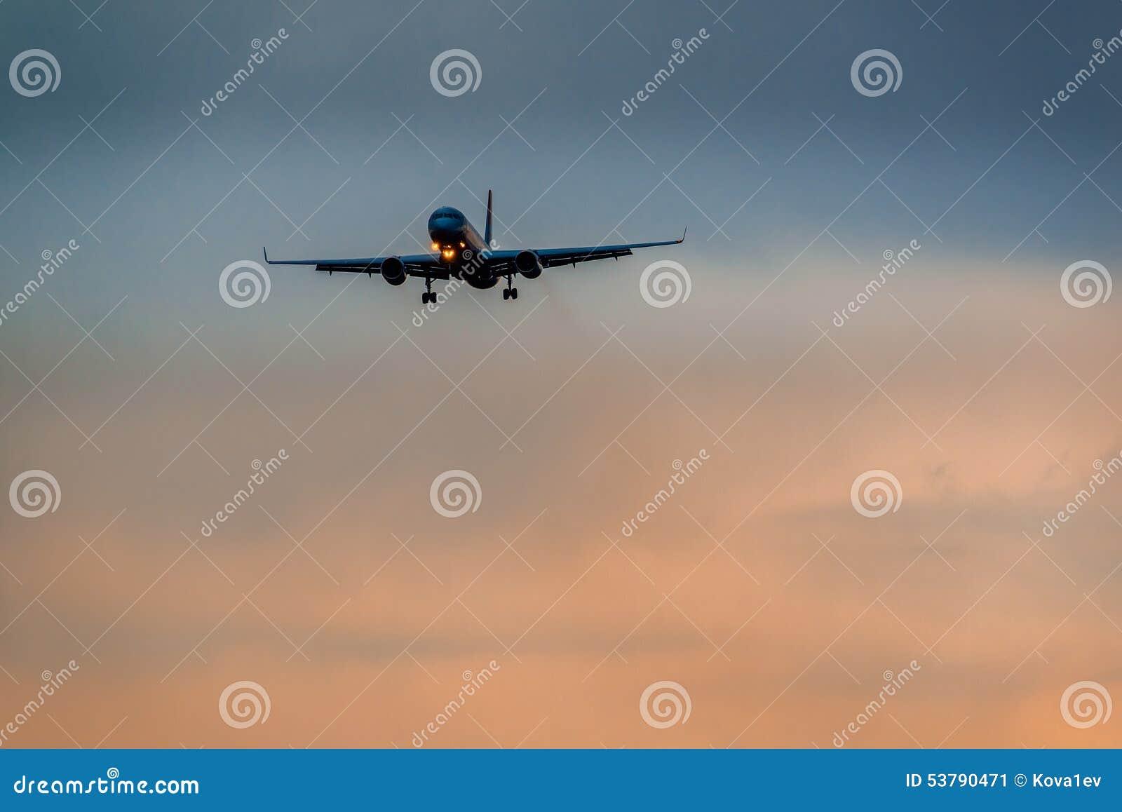 Tupolev 204 skrzydeł Czerwone linie lotnicze ląduje w burzy
