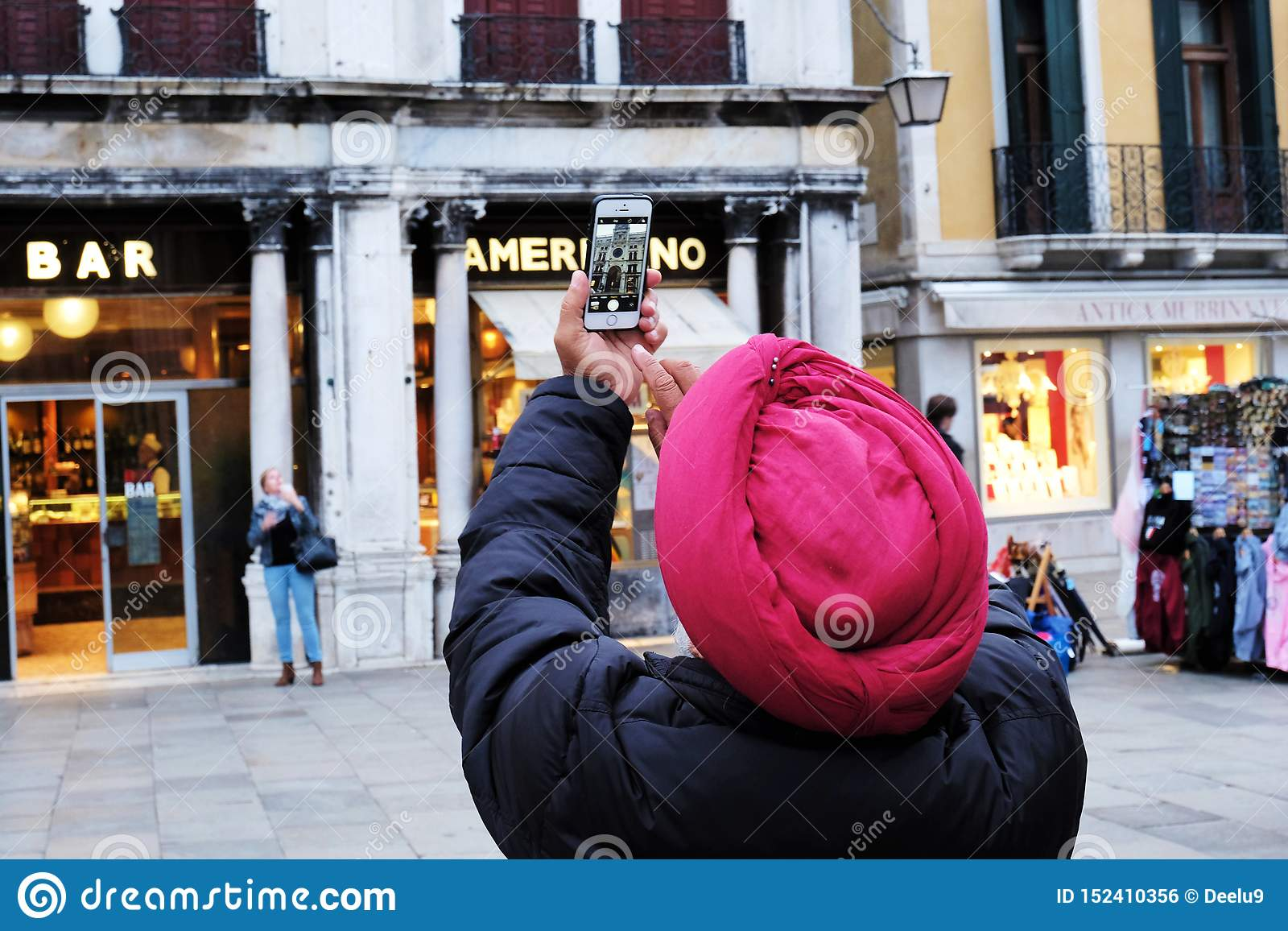 Turbante d uso dell uomo che prende foto della torre di orologio in piazza San Marco a Venezia, Italia