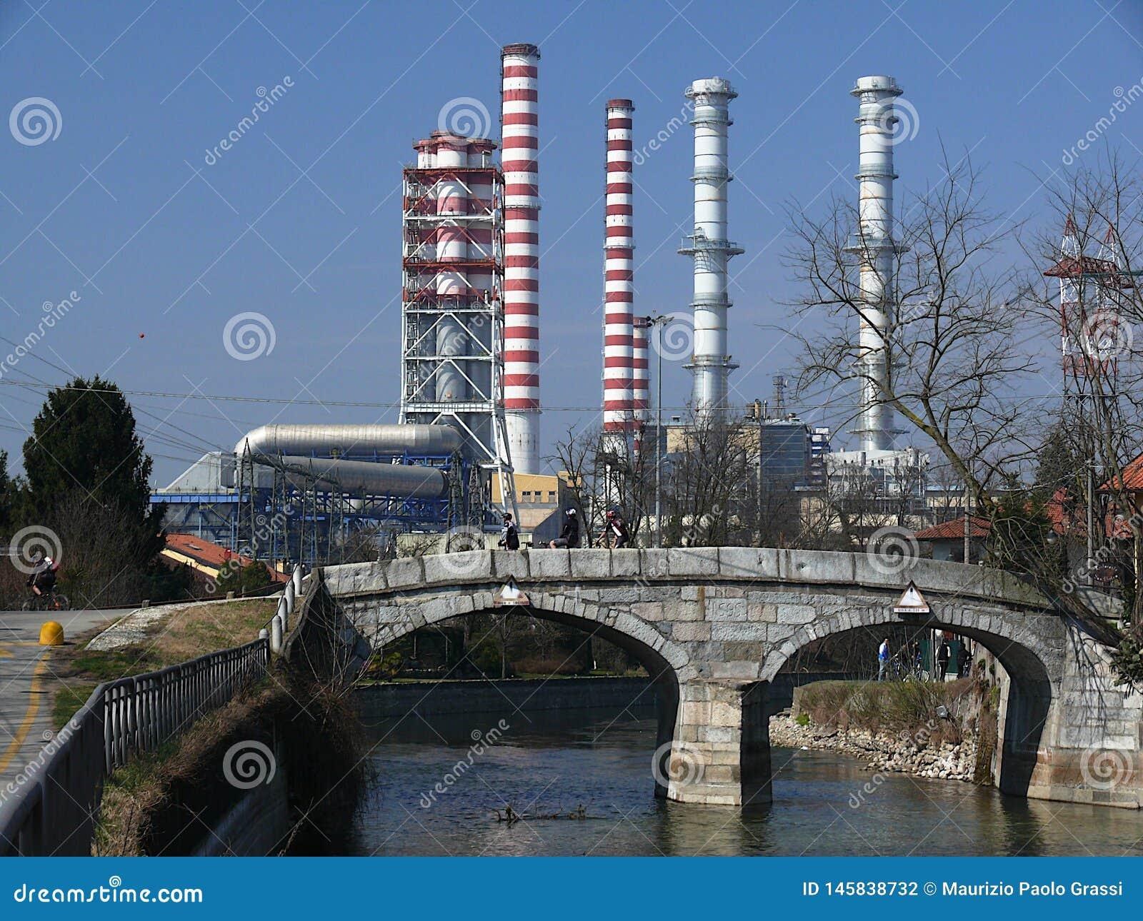 Turbigo, Milan, 23/03/2009 Chemin?es de centrale et un pont en canal dans le premier plan