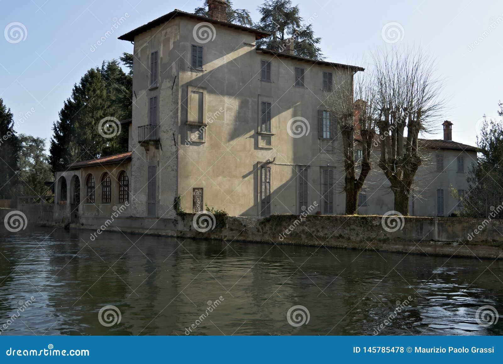 Turbigo Milan, Lombardy, Italien Villa som byggs på bankerna av Naviglioen som är stor nära Milan