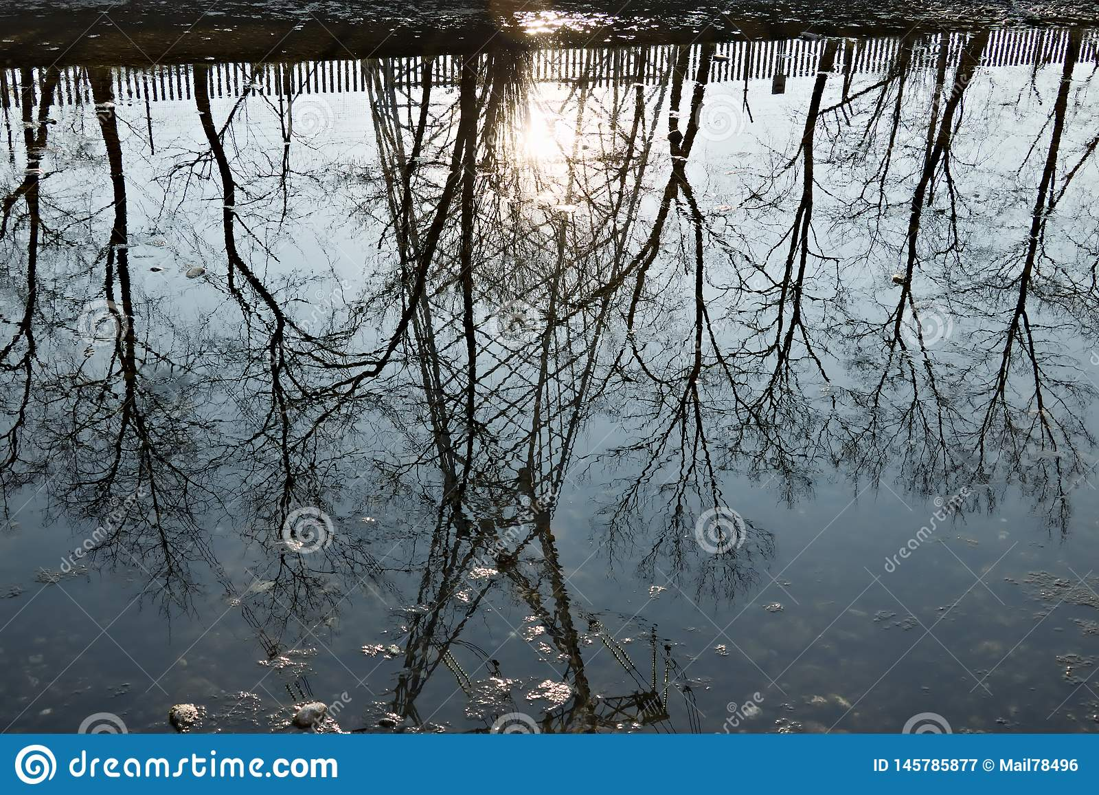 Turbigo milan lombardy Italy Reflexão de uma treliça na água do rio grandioso de Naviglio