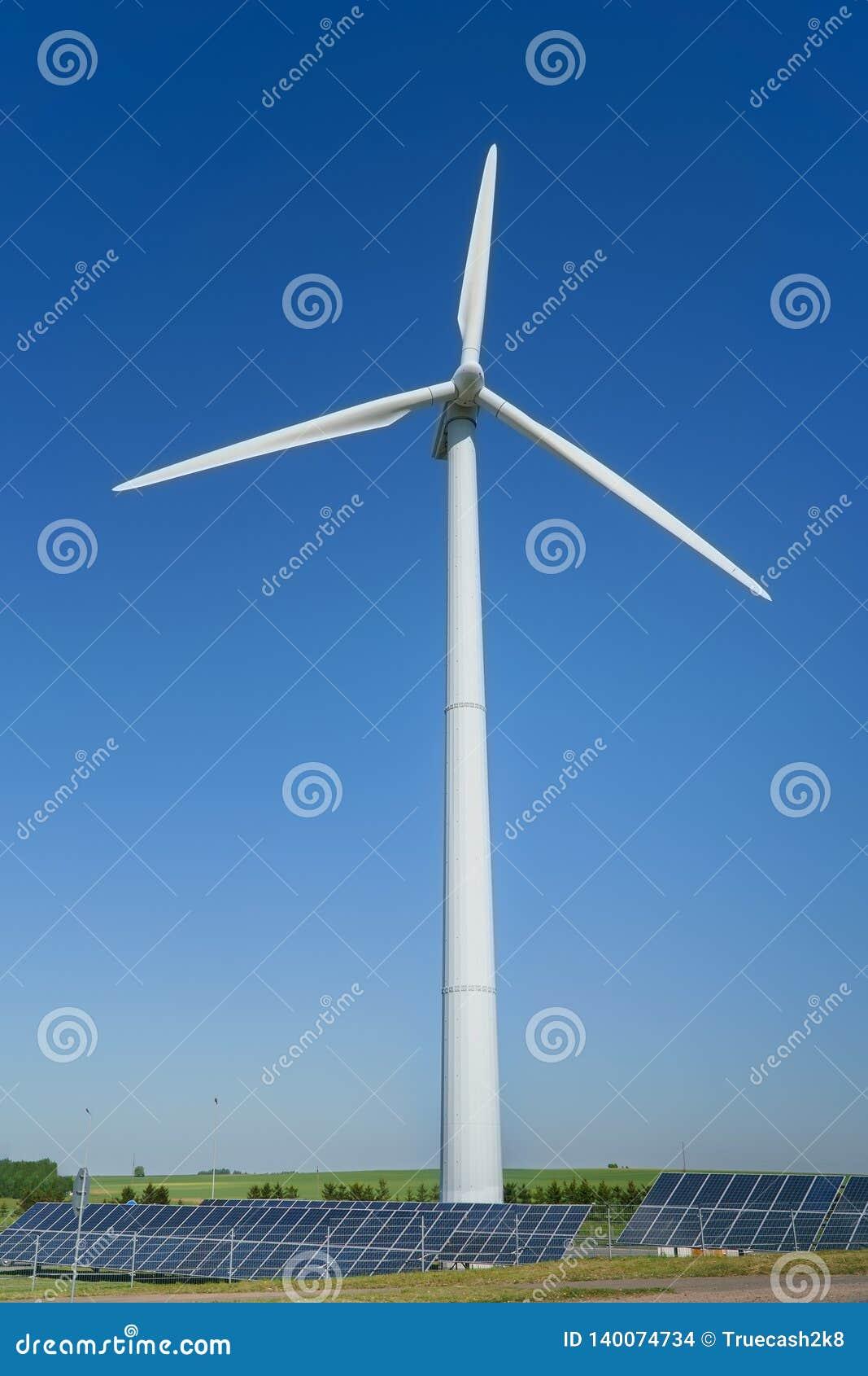 Turbin för vindgenerator och solpaneler av ett batteri på blå himmel, källor för alternativ energi