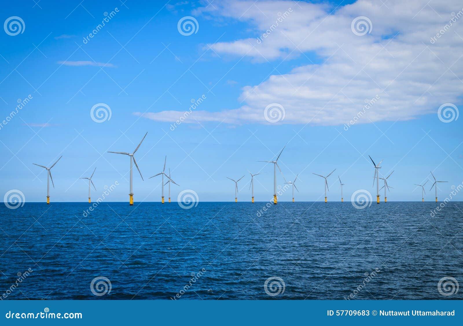 Turbina de viento costero en un Windfarm bajo construcción