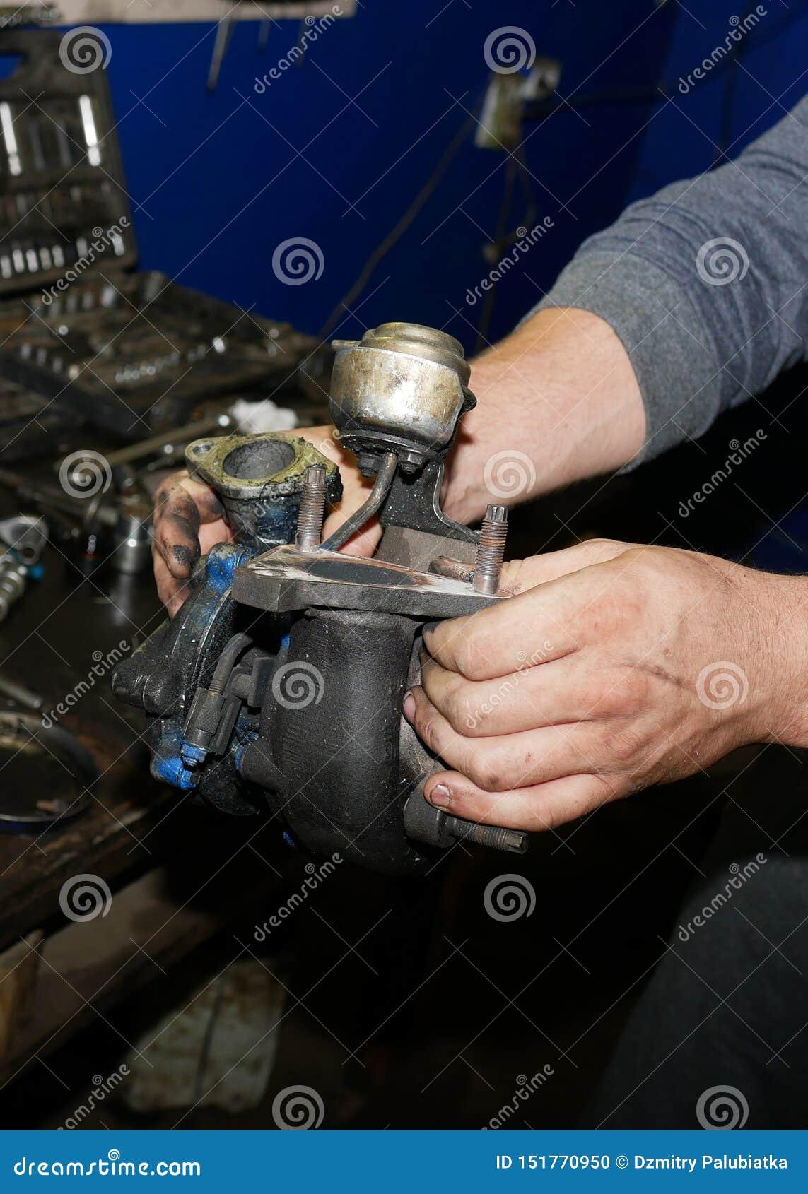 Turbina dell automobile nelle mani del padrone