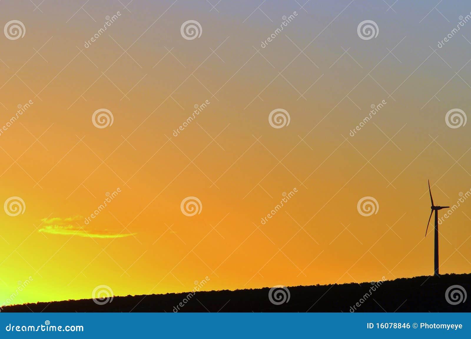 Turbina di vento al tramonto