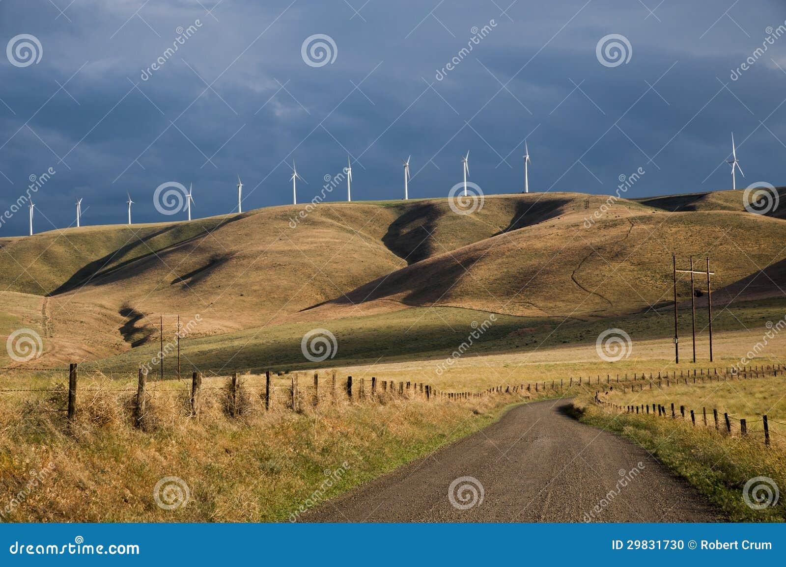 Turbinas eólicas abaixo de um céu tormentoso