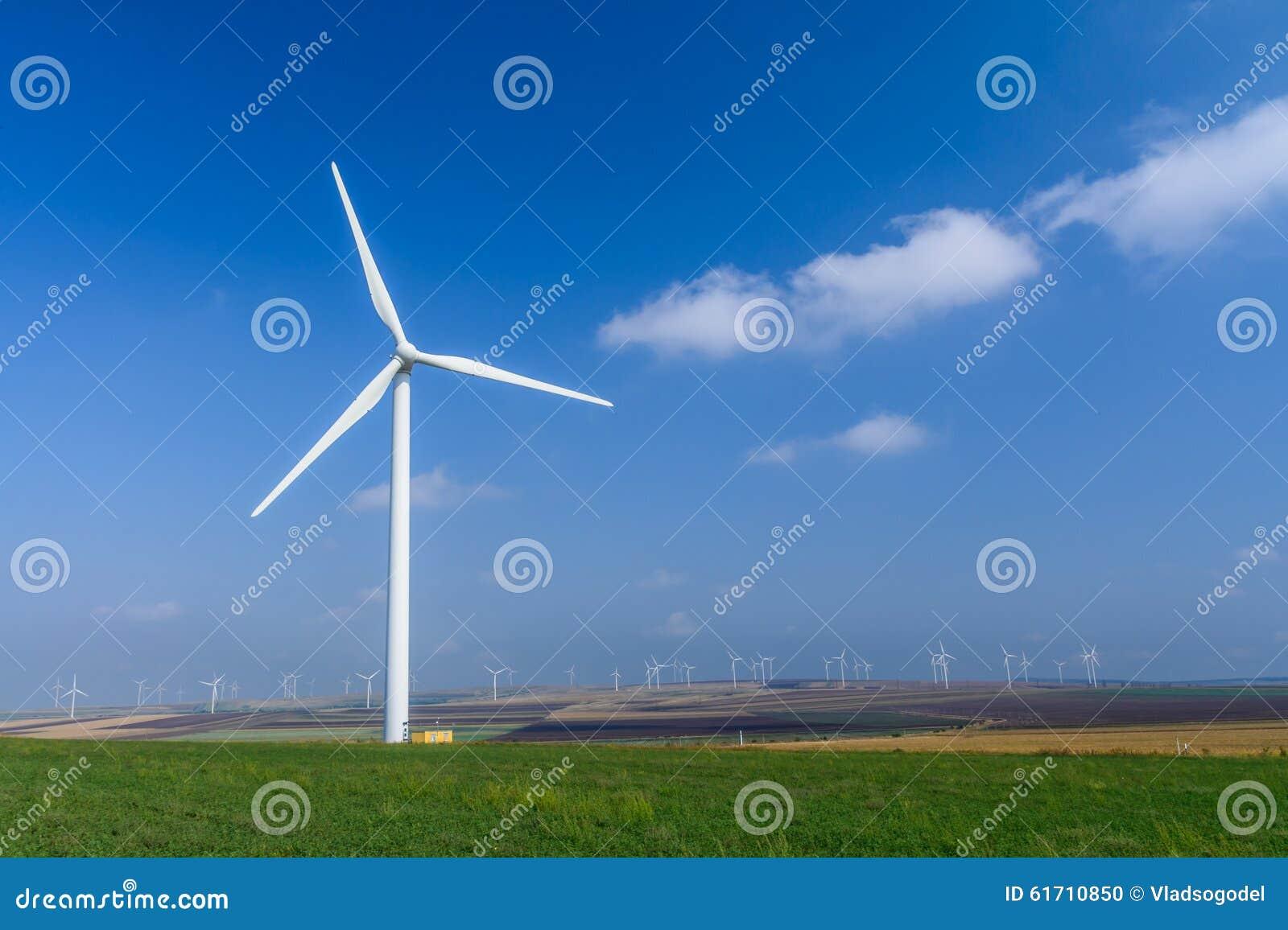 Turbine de vent sur le pré sur le fond des cieux Pict coloré