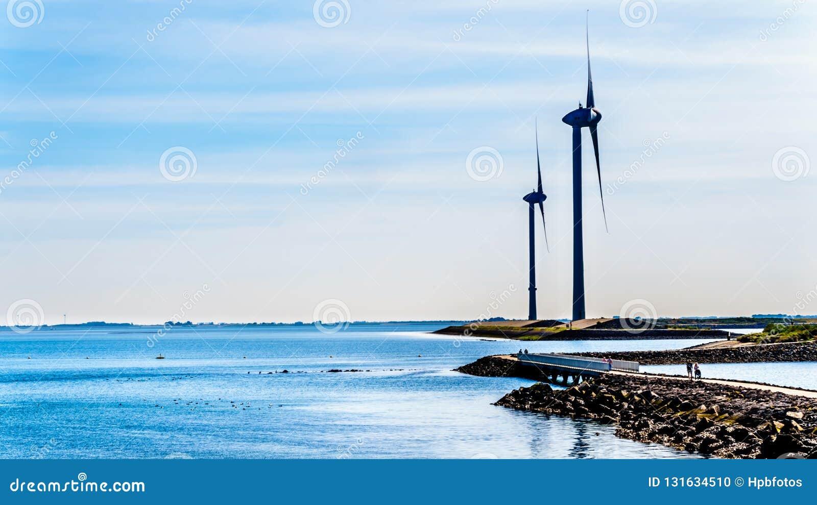 Turbines de vent à l admission d Oosterschelde à l île de Neeltje Jans à la barrière de montée subite de tempête de travaux de de