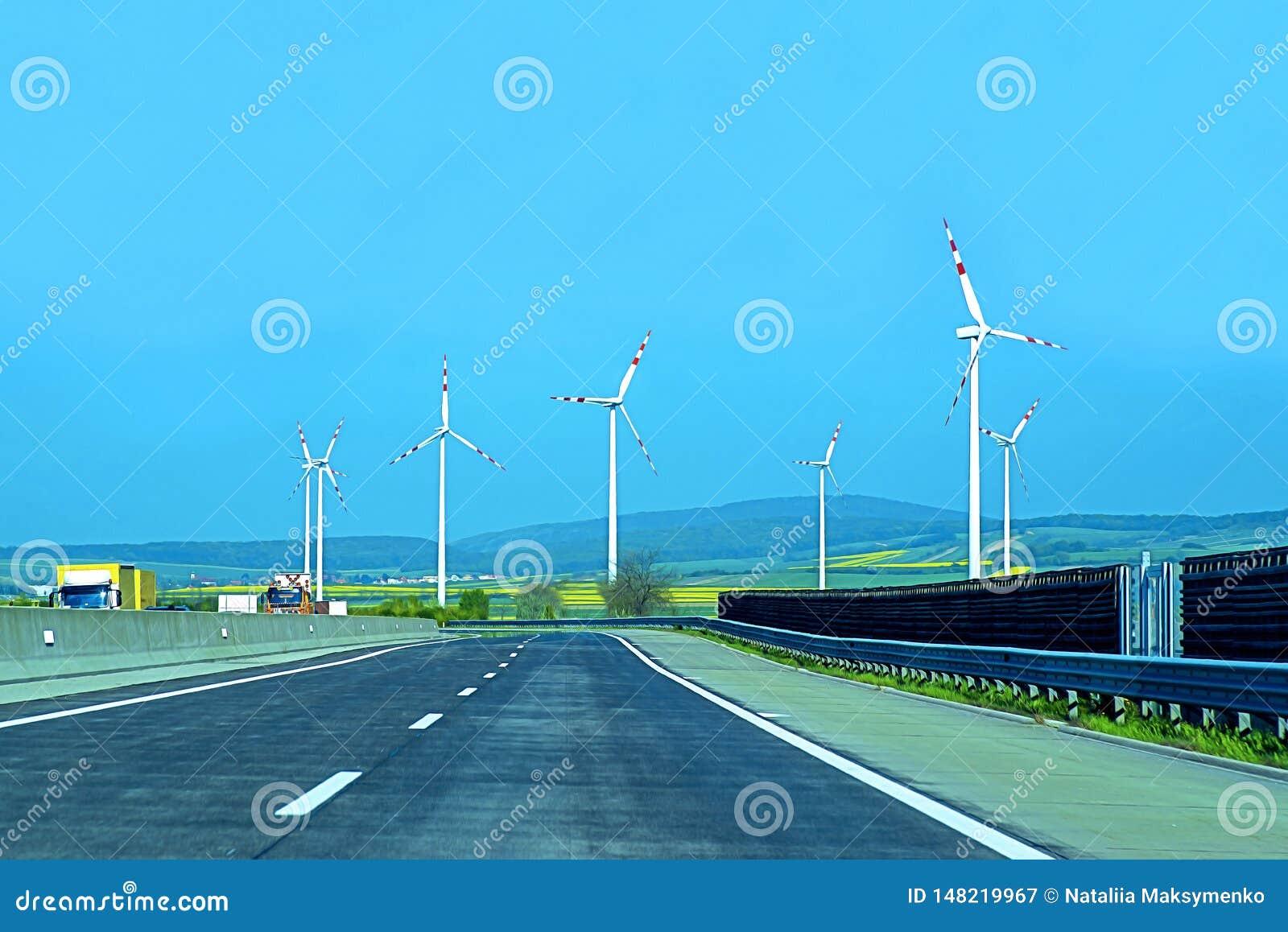 Turbines de vent dans le domaine vert Développement durable, énergie renouvelable Moulins à vent pour la production de courant él