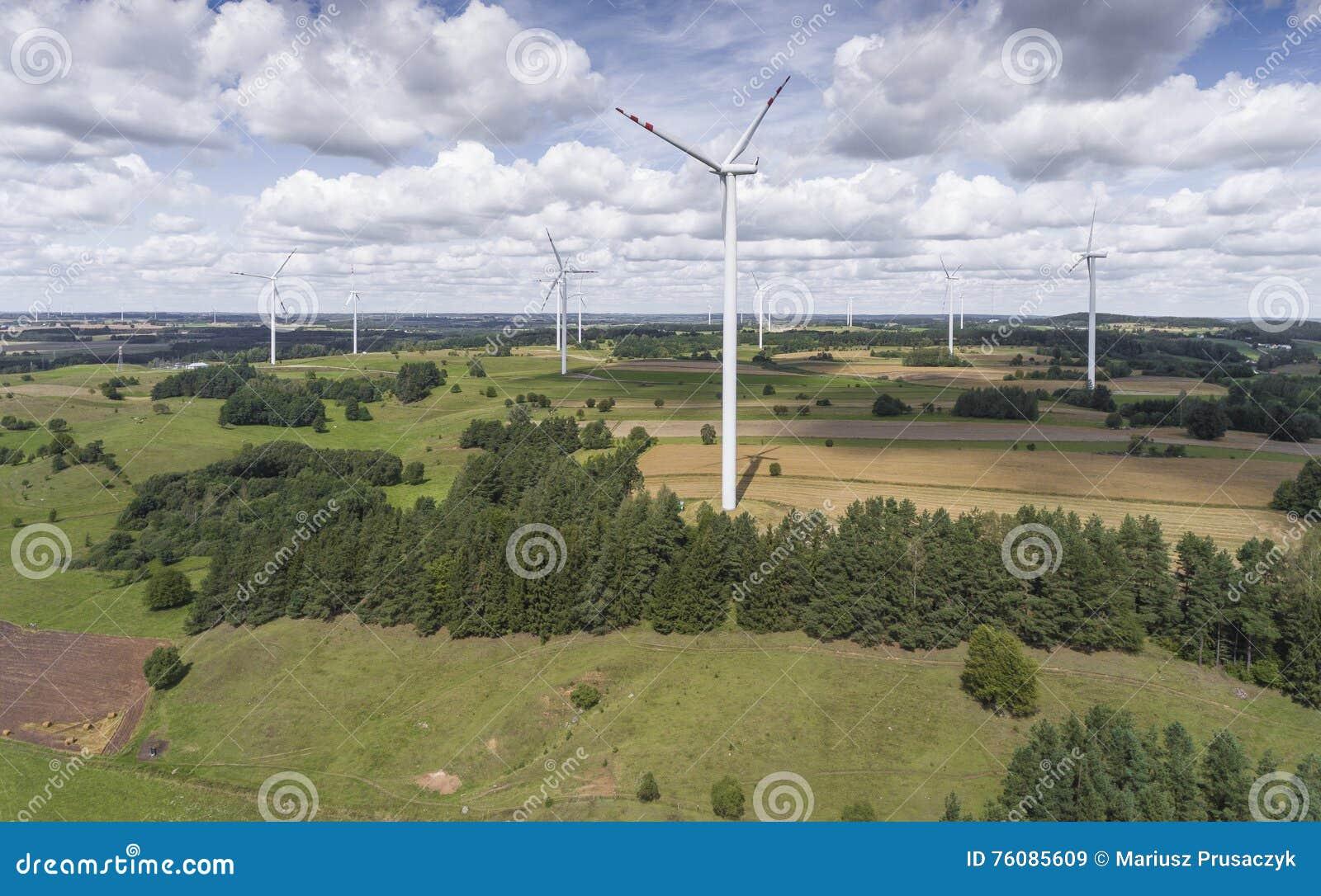 Turbines de vent dans Suwalki poland Vue de ci-avant Jeunes adultes