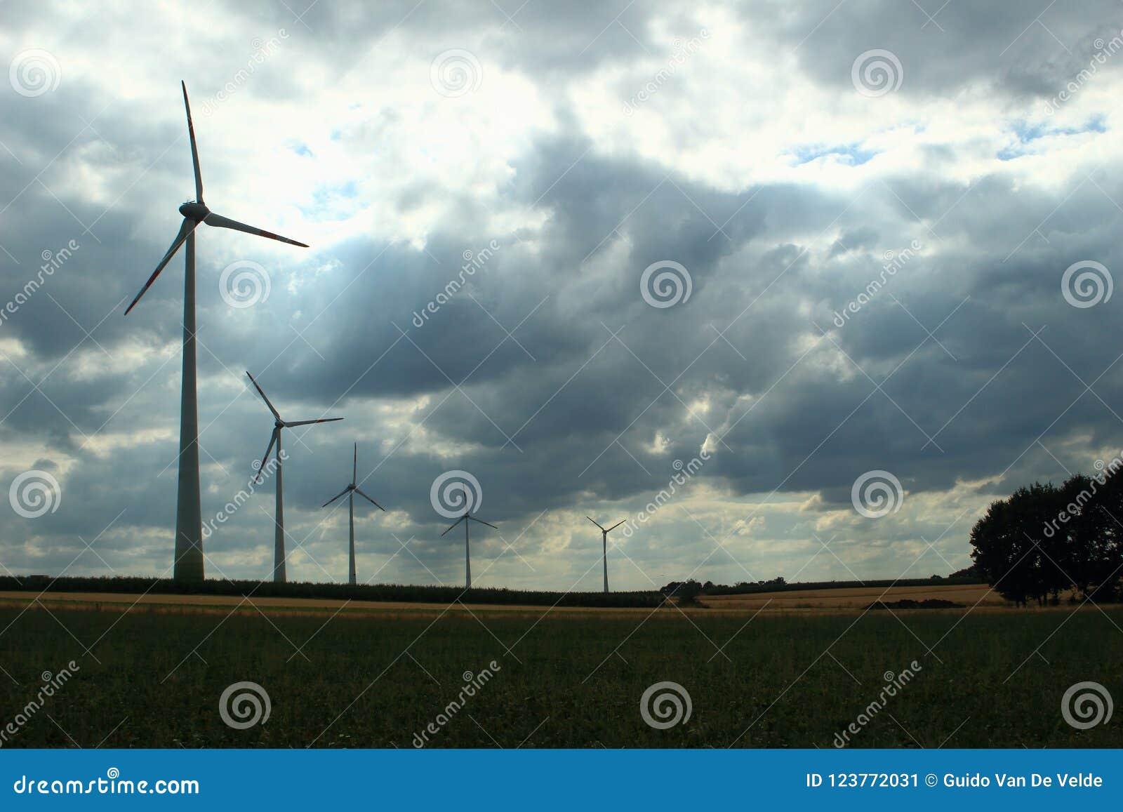 Turbines de vent dans un ciel opacifié