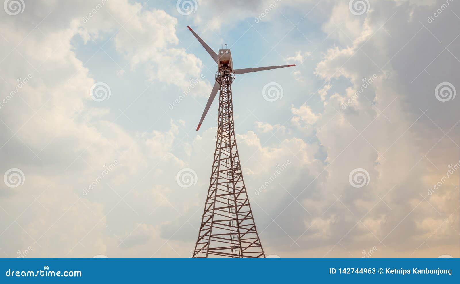 Turbines de vent produisant de l électricité avec le ciel bleu et le nuage