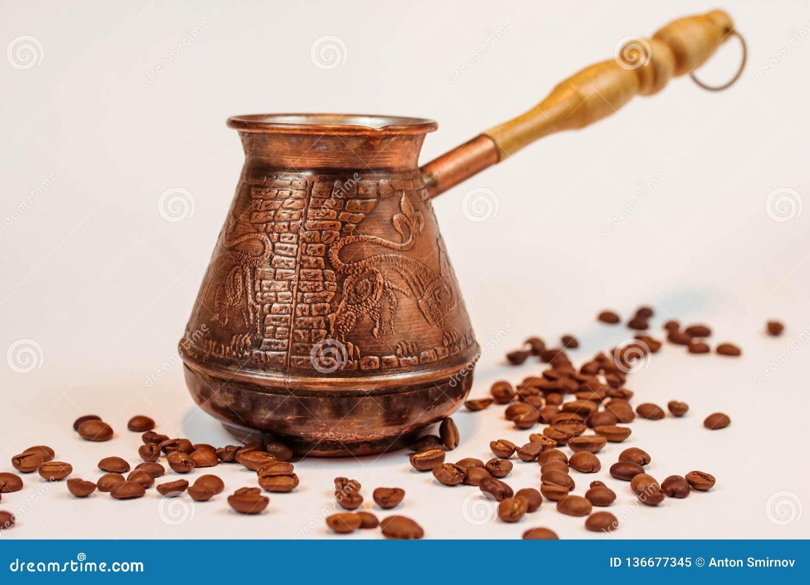 Turco o cezve de bronce del coffe en el fondo blanco