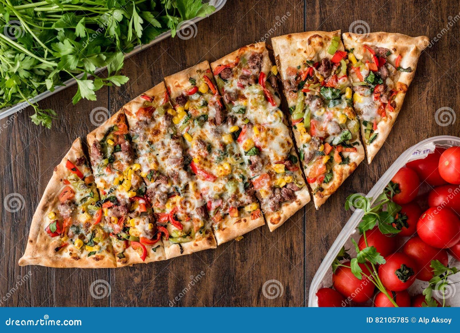Turecczyzna Pide z mięsem i warzywami