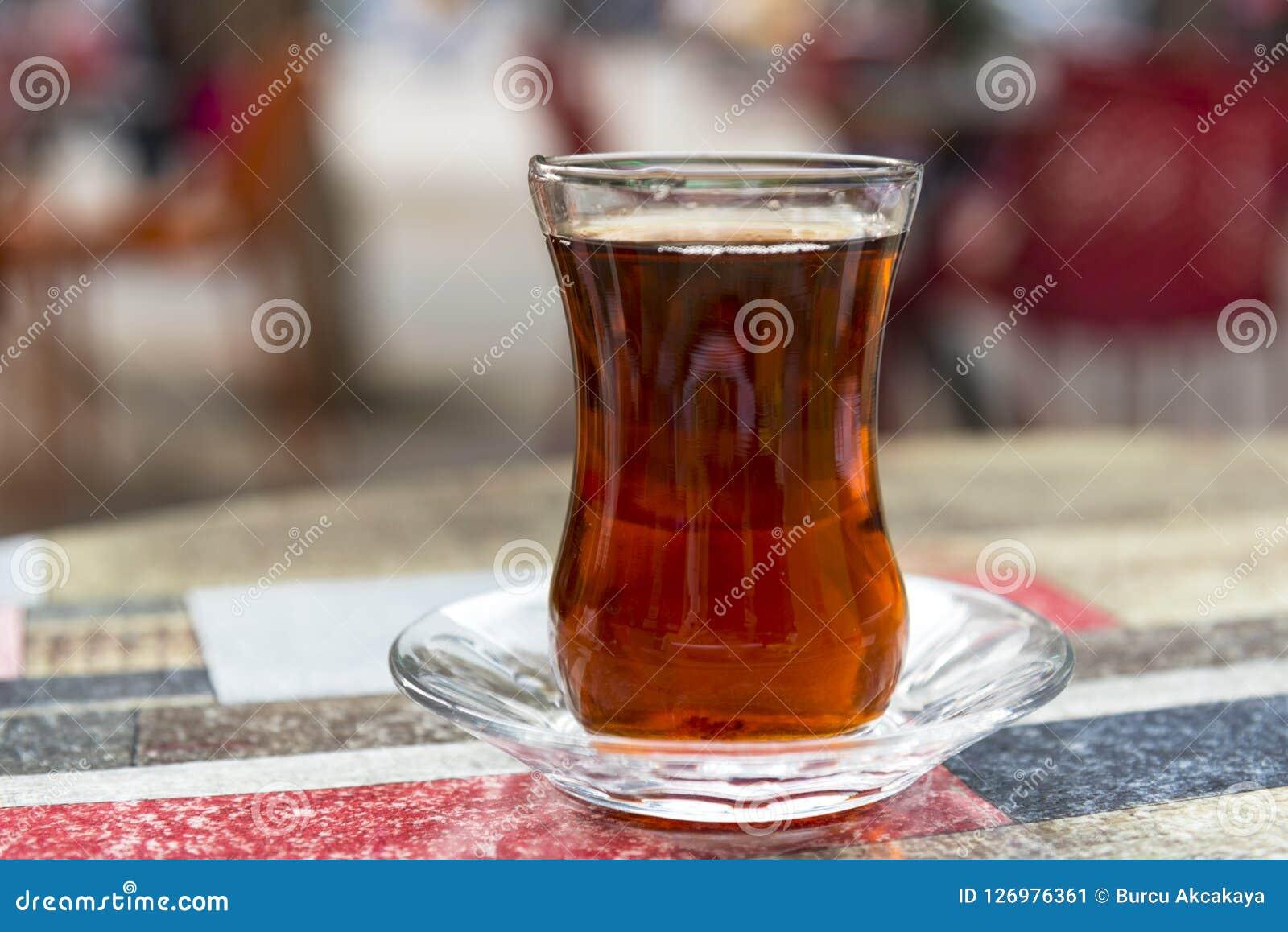 Turecka czarna herbata na cukiernianym stole