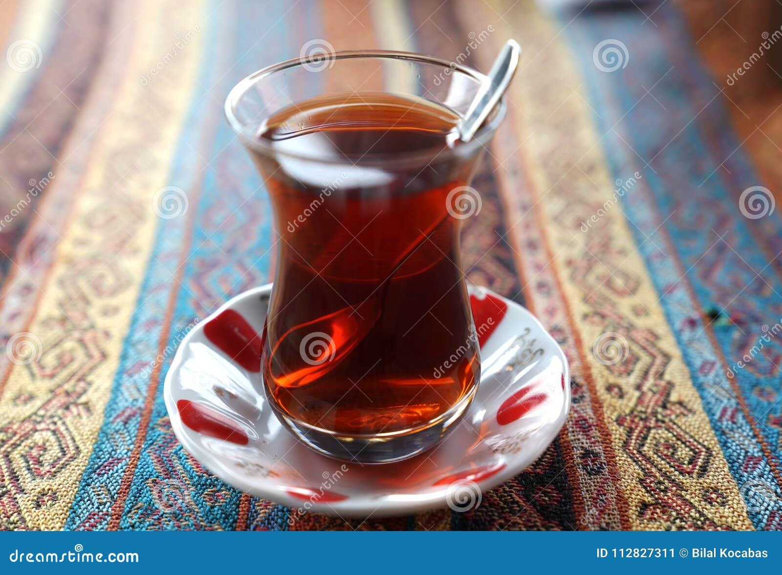 Turecka herbata w tradycyjnej szklanej filiżance na handmade ornamentacyjnym tabl