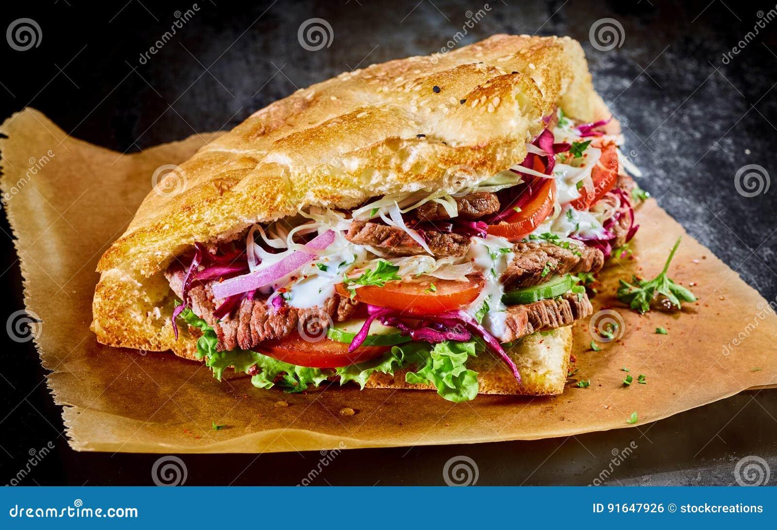 Turecki doner kebab na złotym wznoszącym toast pita chlebie