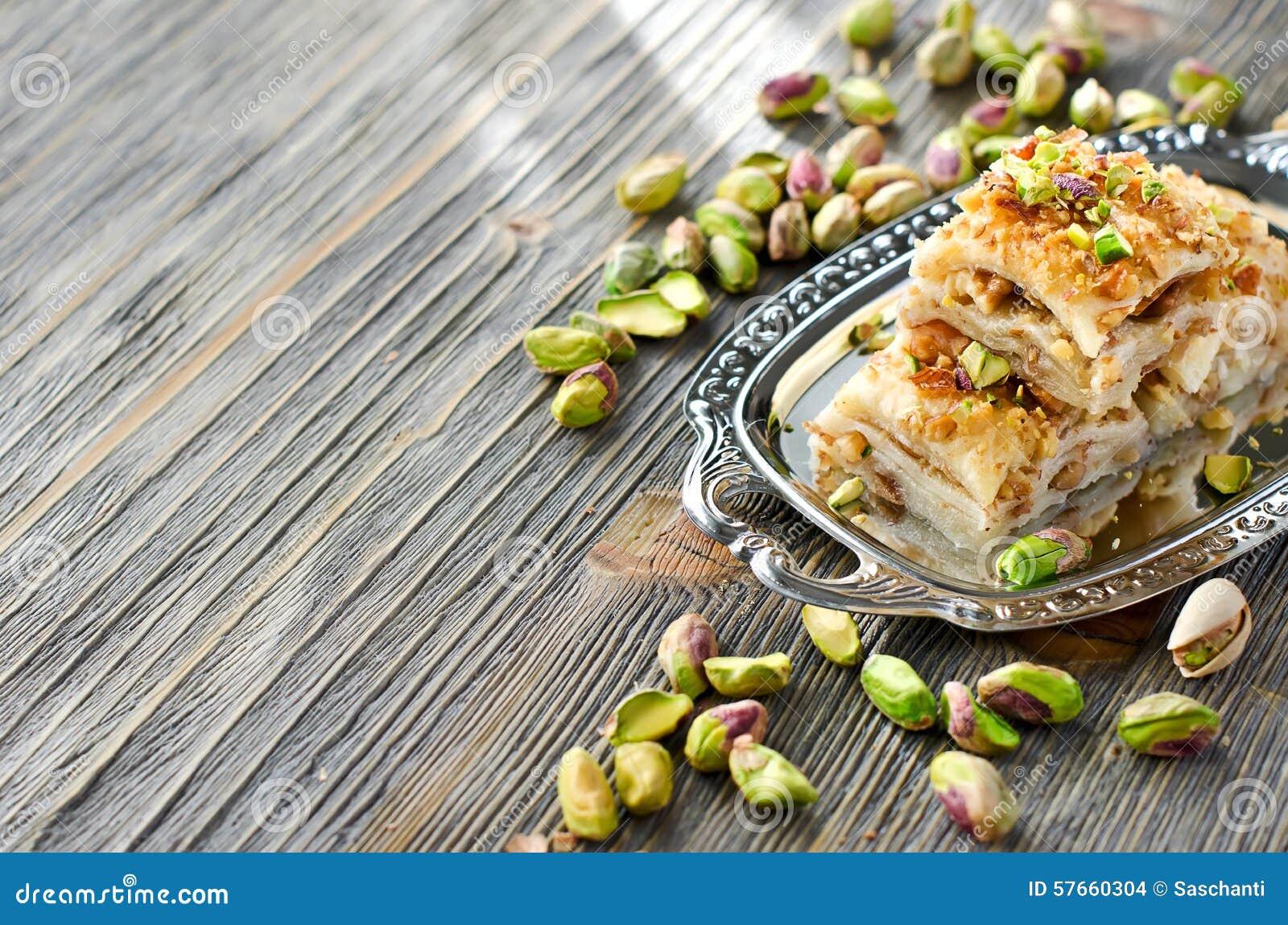 Tureckiego pistacjowego ciasta deserowy baklava z zielonymi pistacjami