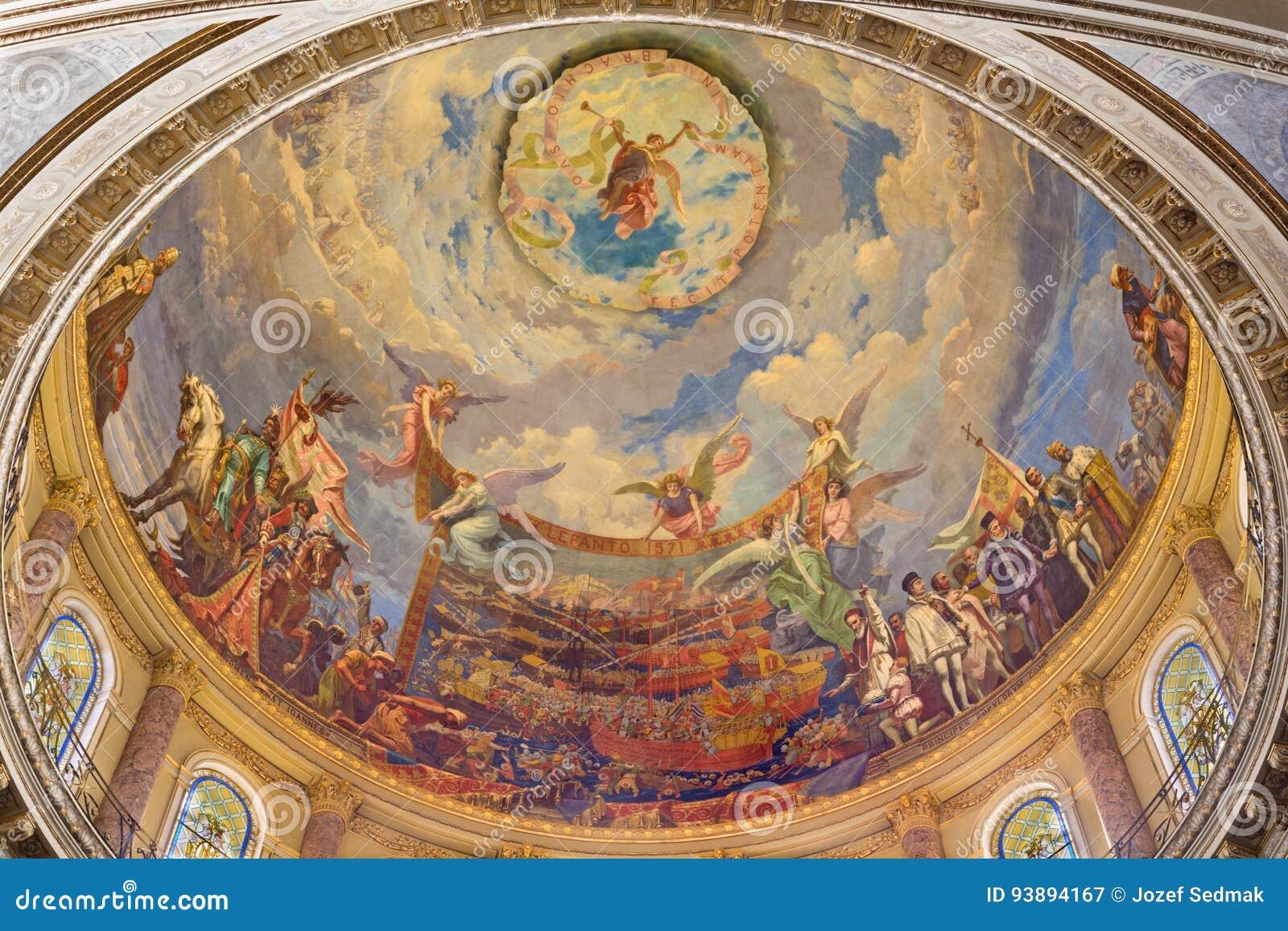 TURIJN, ITALIË - MAART 15, 2017: De koepel met de fresko van Slag van Lepanto in 1571 binnen en Mary Help van Christenen in koepe
