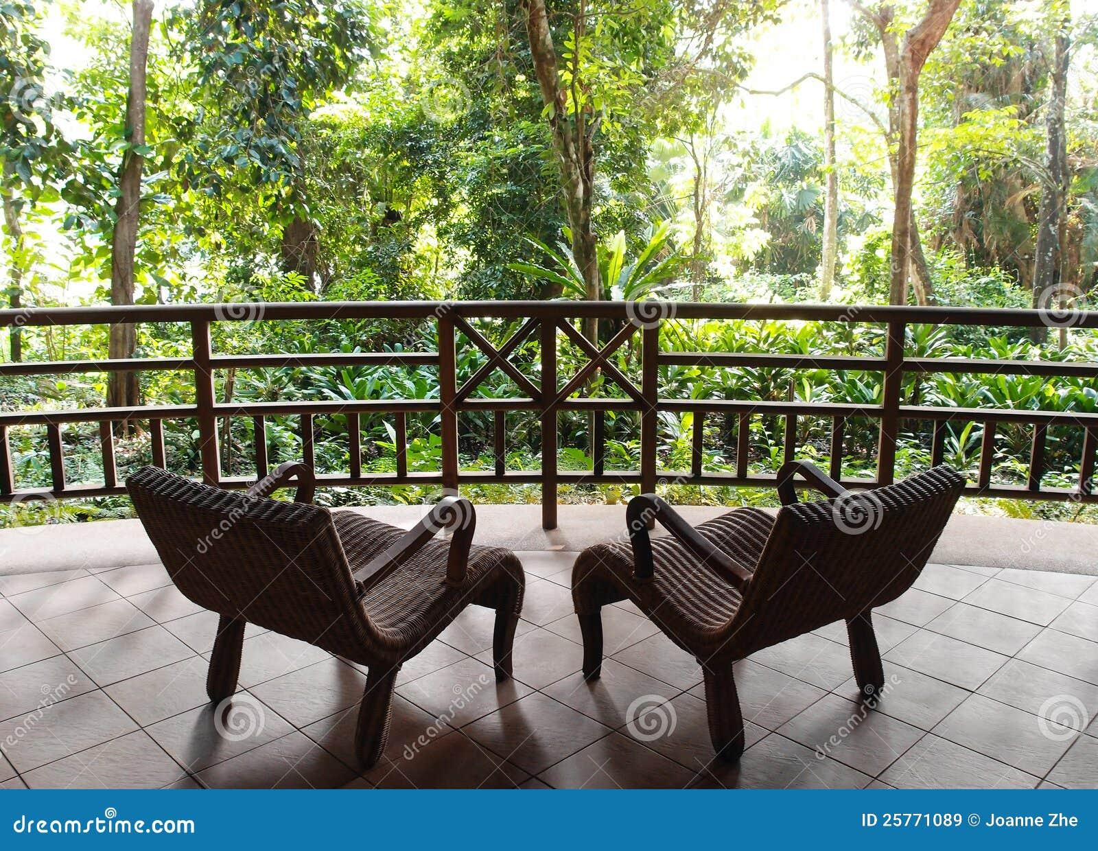 Turismo de Eco, pátio do recurso com opinião natural da selva