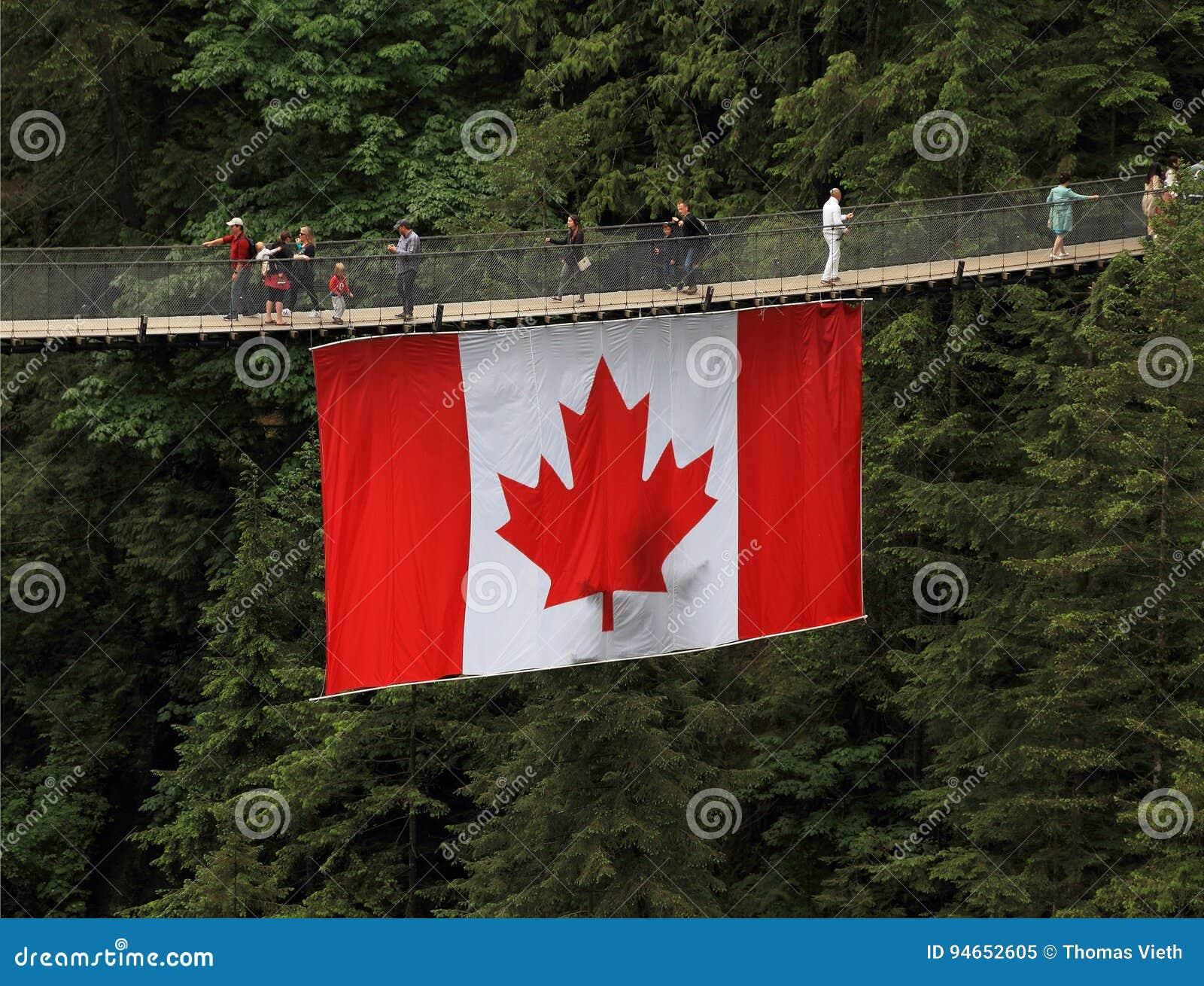 Turismo En Canadá: Puente Colgante De Capilano Con La Bandera ...