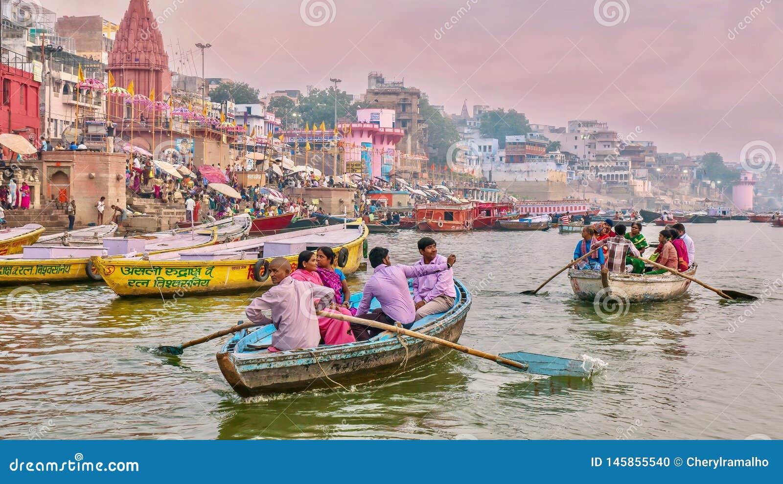 Turismo a lo largo del r?o Ganges en Varanasi durante el festival de Diwali