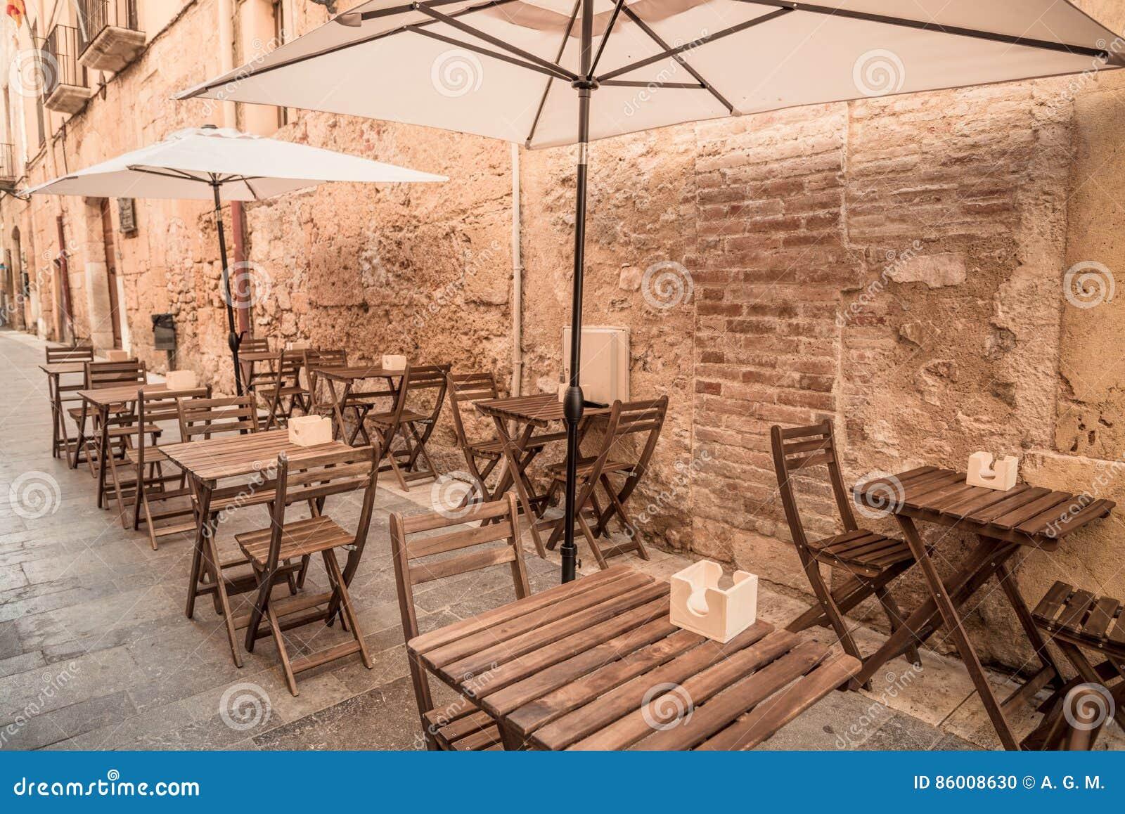 Turismo mediterráneo europeo de la ciudad - terraza del restaurante en la calle
