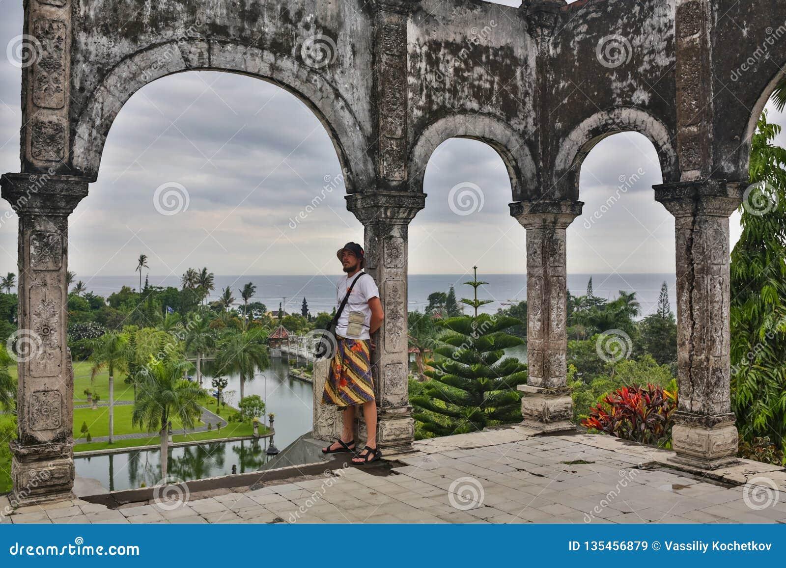 Turist för ung man i gammal vattenslott på den Bali ön