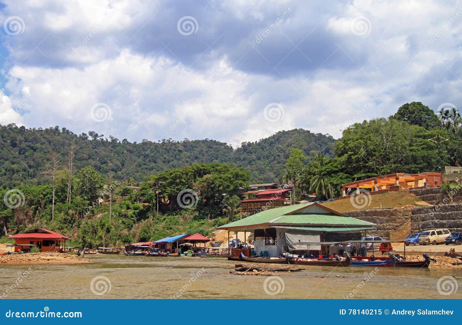 Turist- fartyg på den Tembeling floden i den Taman Negara nationalparken