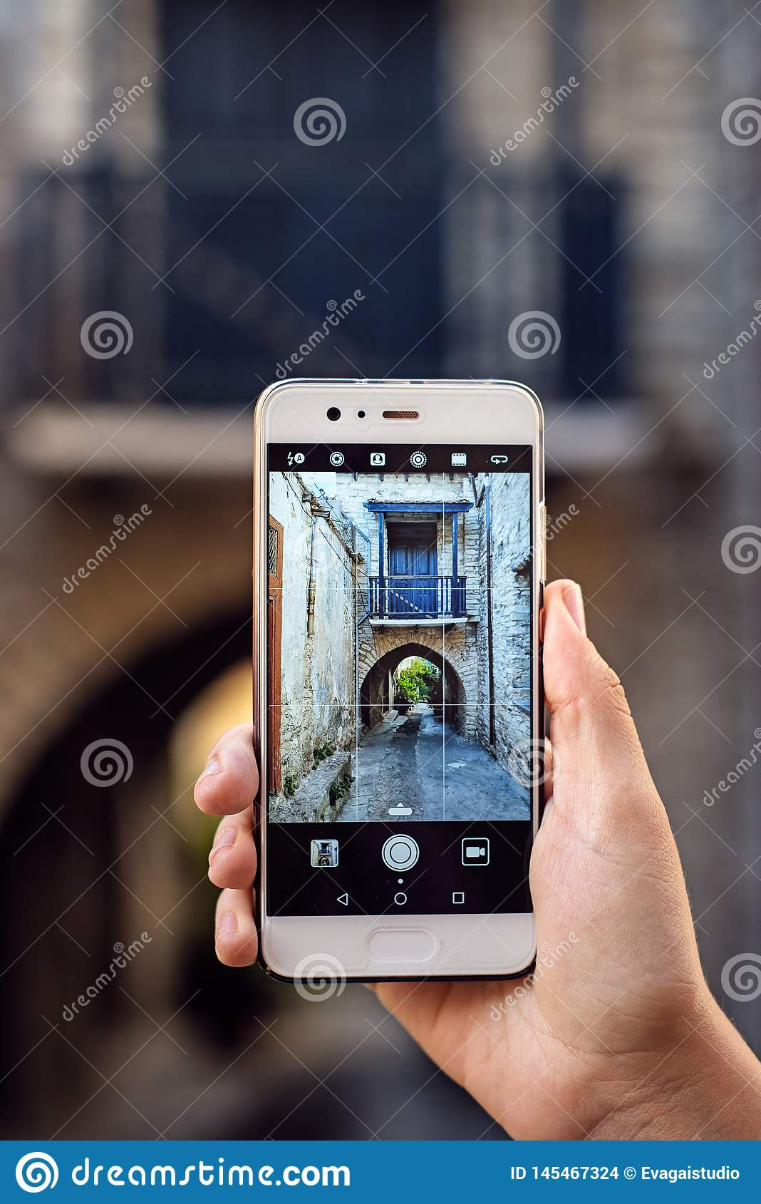 Turist- flicka som tar loppfoto med smartphonen p? sommarferier Ung attraktiv turist som tar selfiefotoet med mobil pho