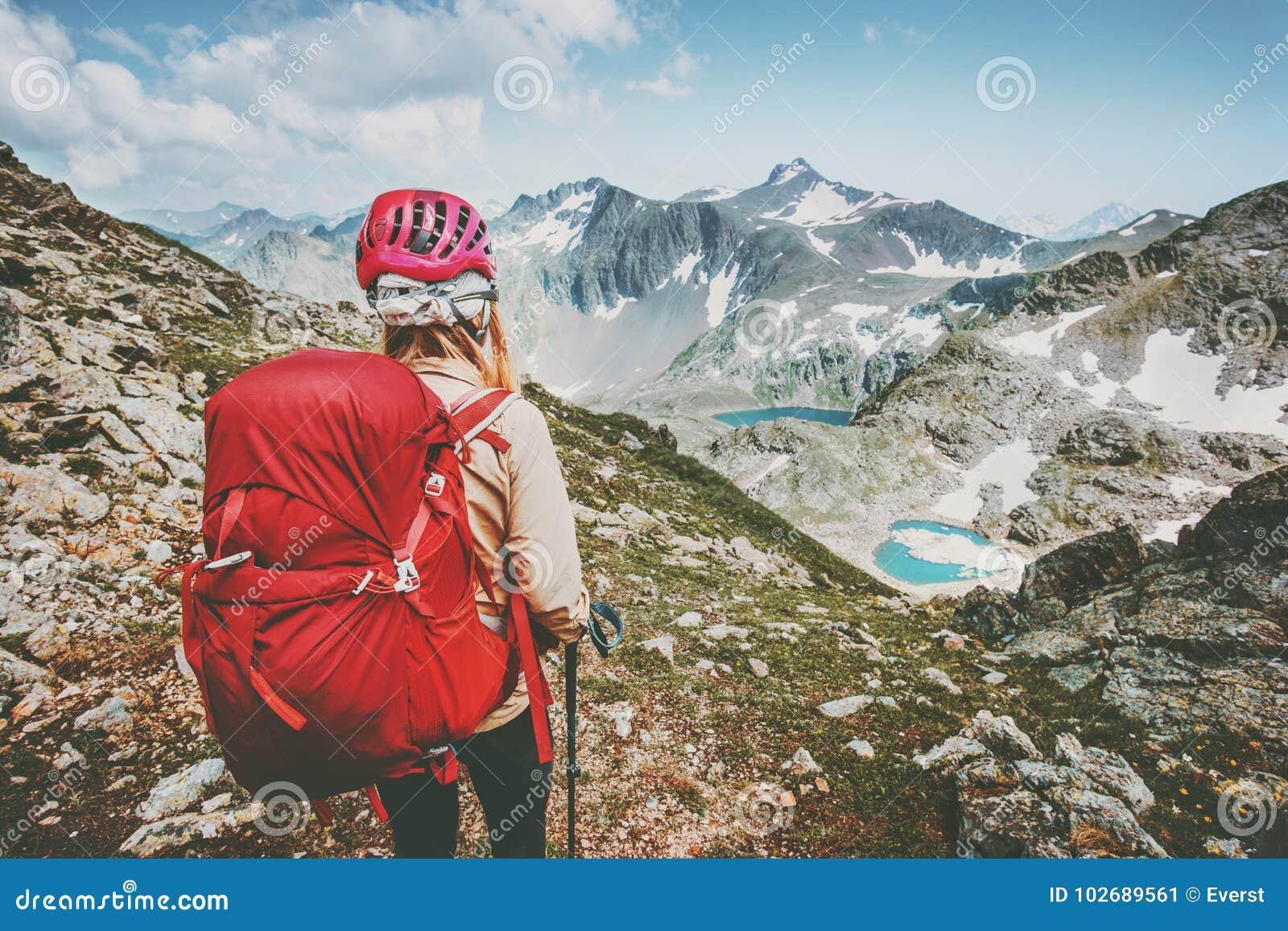 Turist- fotvandra för lycksökare i berg med ryggsäcklopplivsstilen som fotvandrar undersökning för semestrar för affärsföretagbeg
