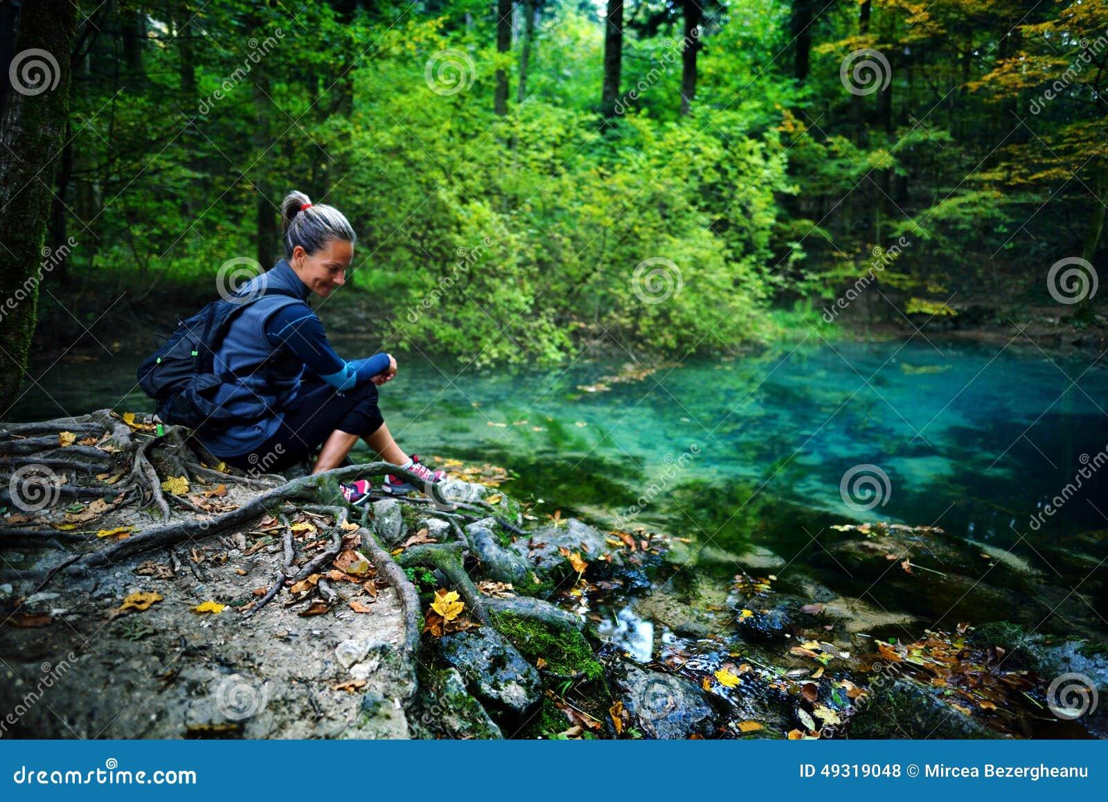 Turist- koppla av för Caucasian kvinna vid floden, i skogen, Oc