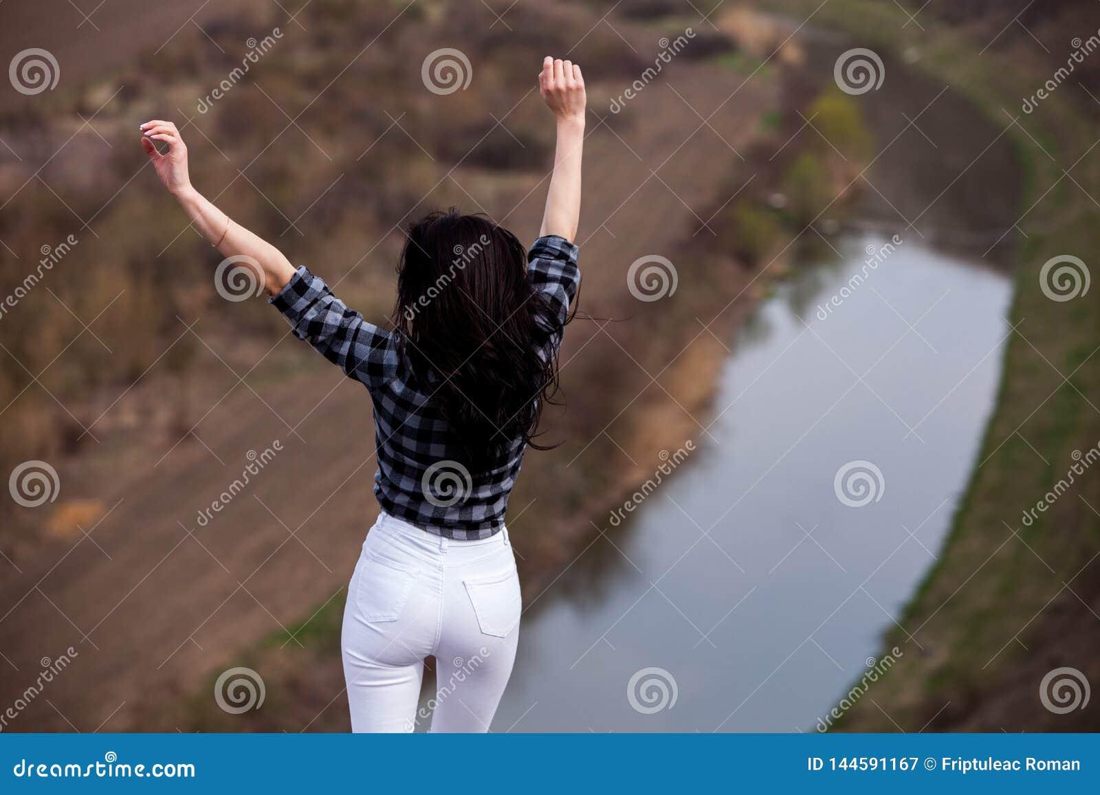 Turist- lycklig kvinna f?r lopp Lopp- och reslustbegrepp som f?rbluffar atmosf?riskt ?gonblick Lycklig kvinnaresande Verklig attr
