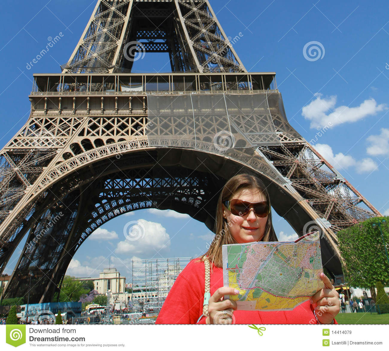 A Turist Near Tour Eiffel Royalty Free Stock Images