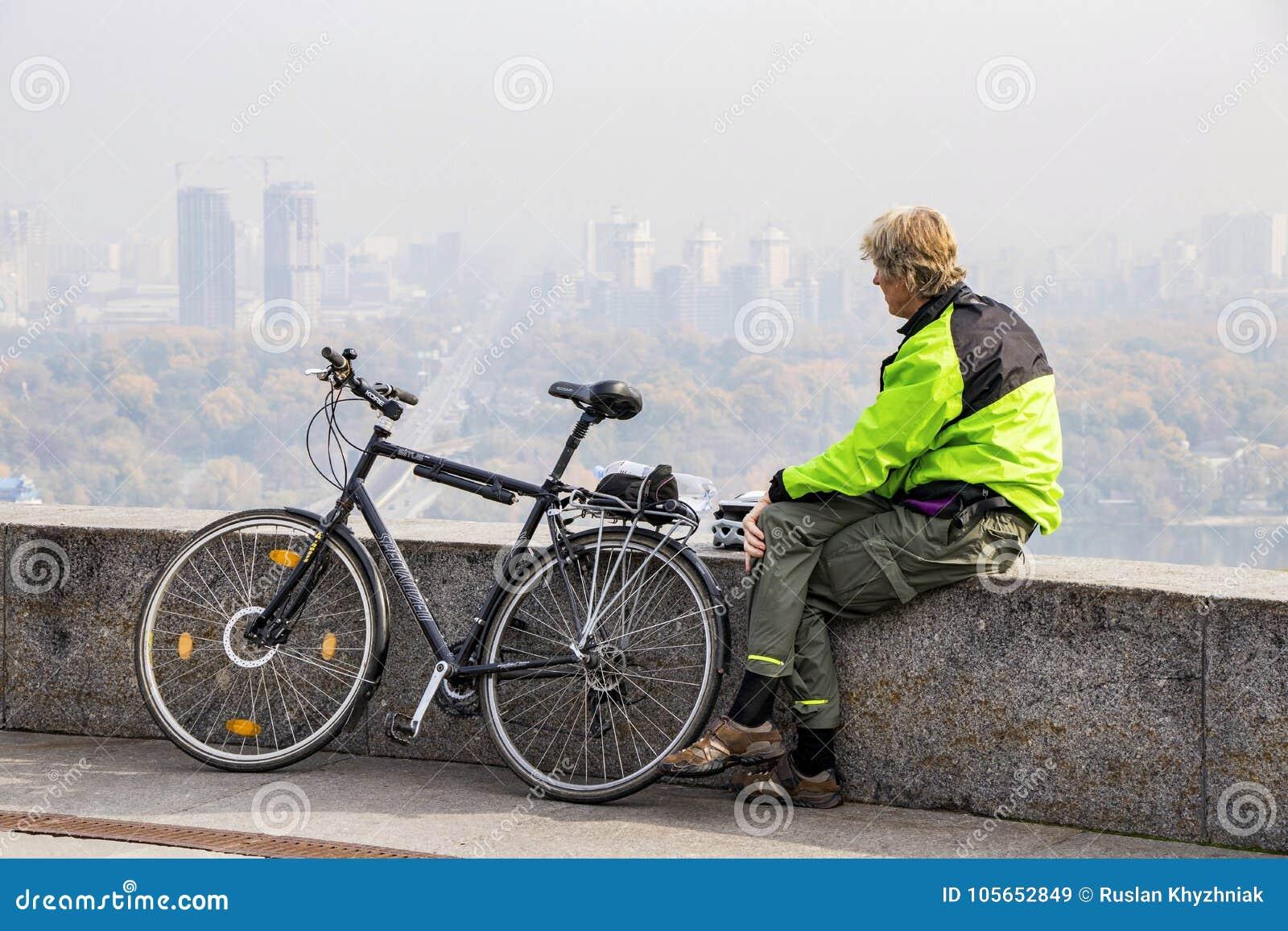Turist på en cykel som ser staden av Kiev Ukraina 10 10 2017