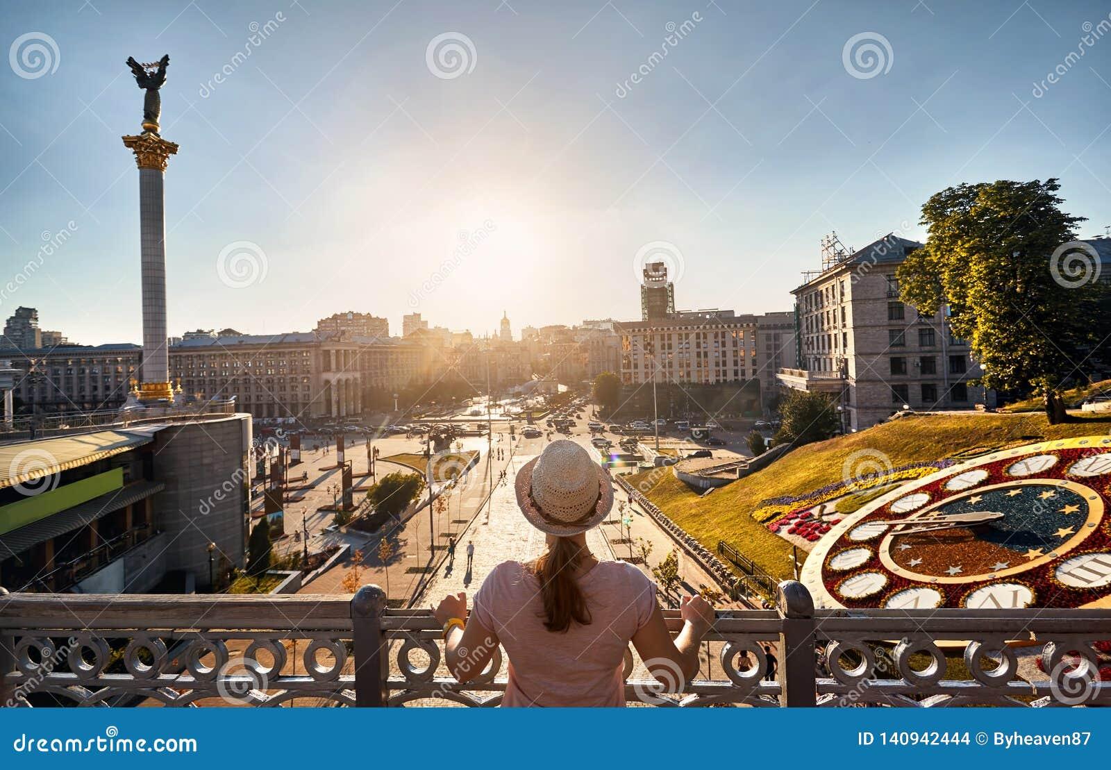 Turist på självständighetfyrkanten i Kiev