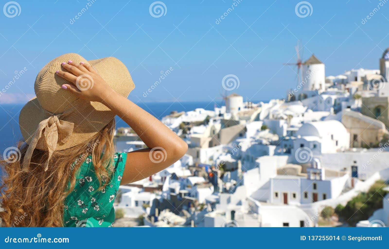 Turist- resa i Santorini, Oia ö i kvinna för semester för Grekland, Europa loppsommar som kopplar av på siktsväderkvarnar Flicka