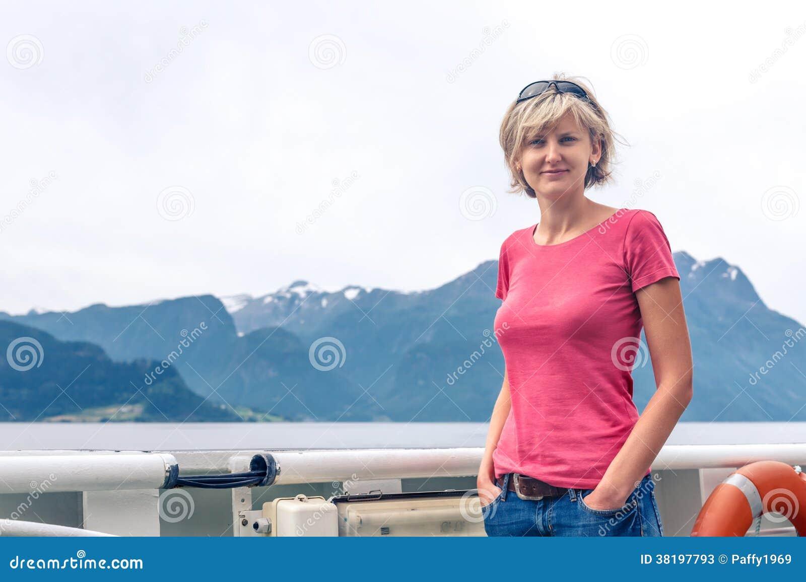 Turist- segling för kvinna på en sightfärja