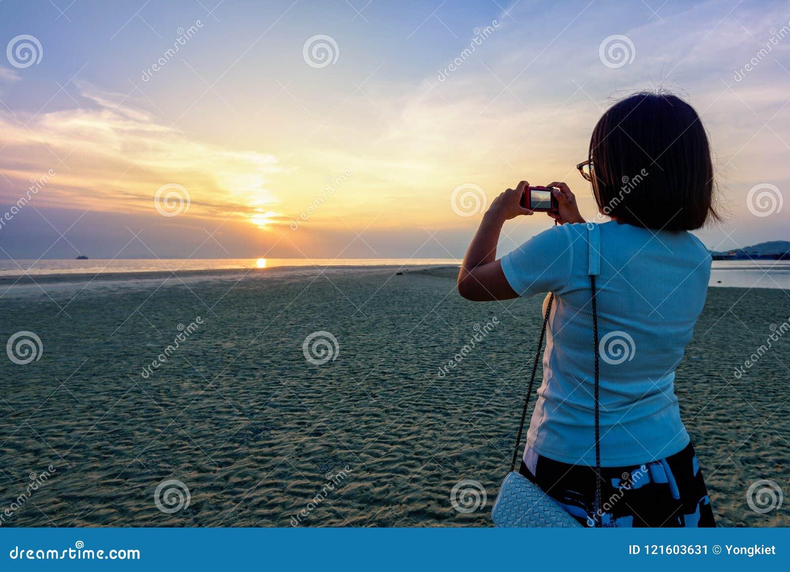 Turist- tagande foto för kvinna på stranden